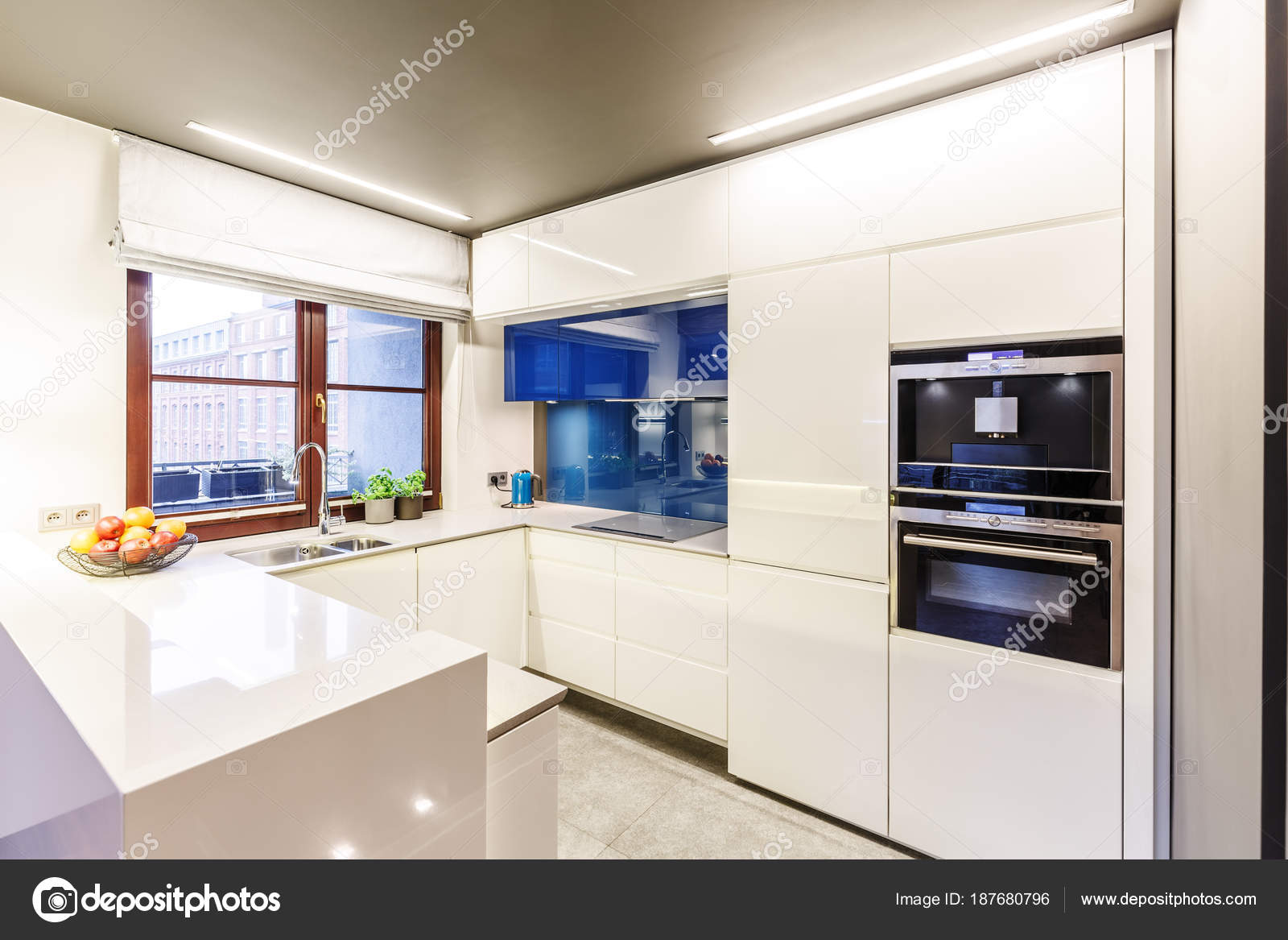 Cucina moderna bianca con finestra — Foto Stock © photographee.eu ...