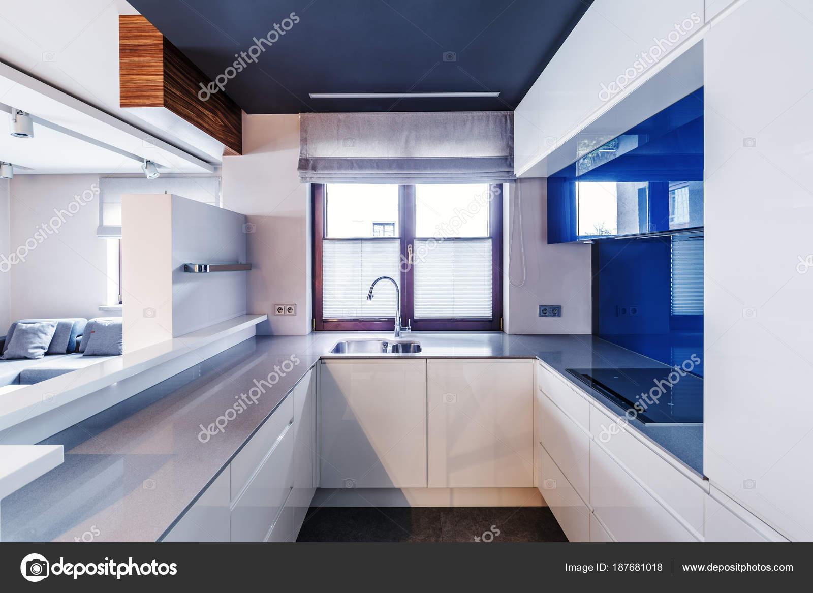 Moderne Blauw Keuken : Wit en blauw moderne keuken u2014 stockfoto © photographee.eu #187681018
