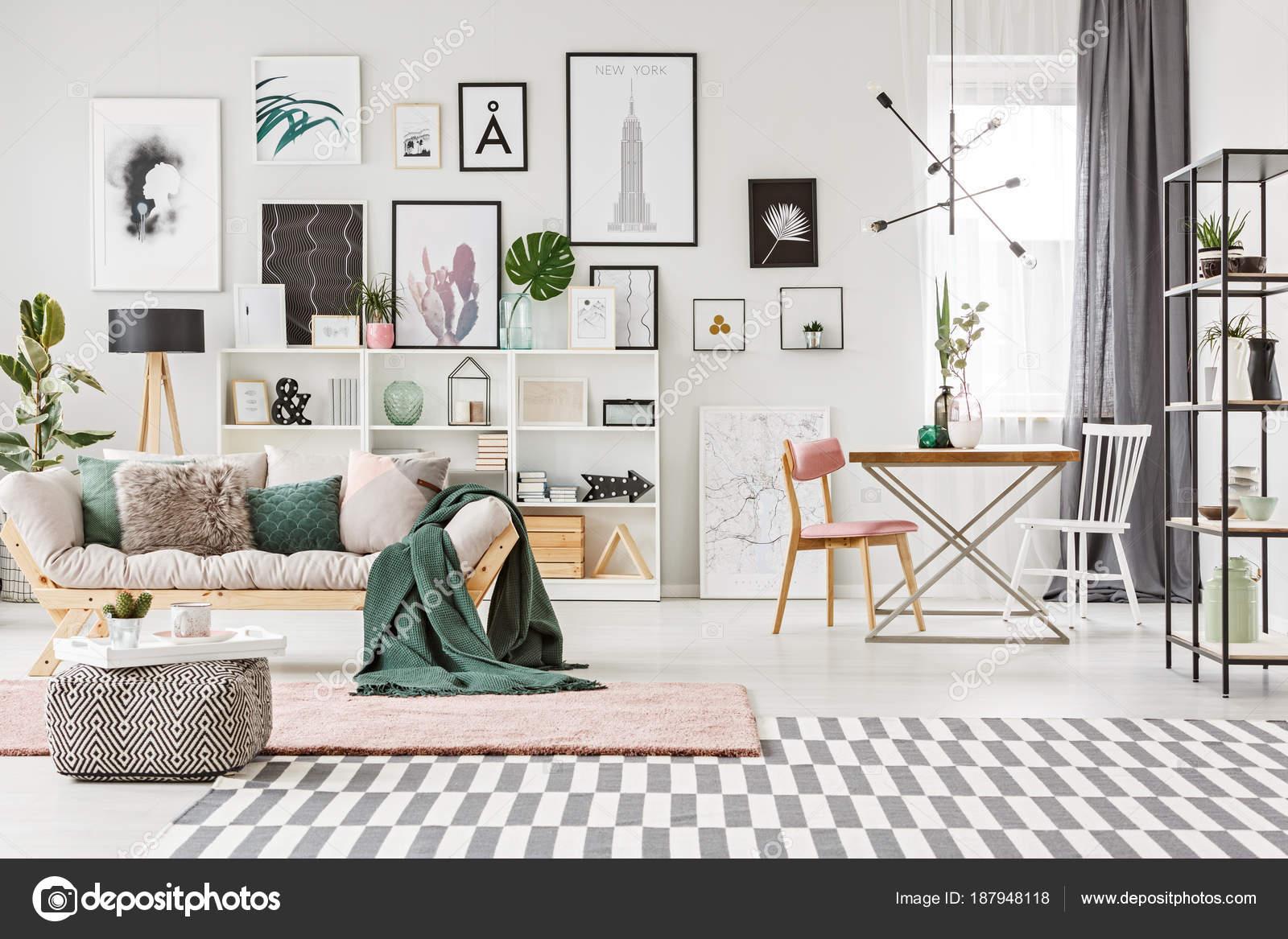 Camera con soppalco e piante — Foto Editoriale Stock ...