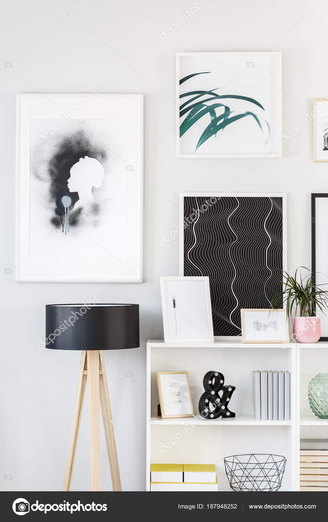 Muur Plank Voor Schilderijen.Schilderijen En Lamp In De Kamer Stockfoto C Photographee Eu