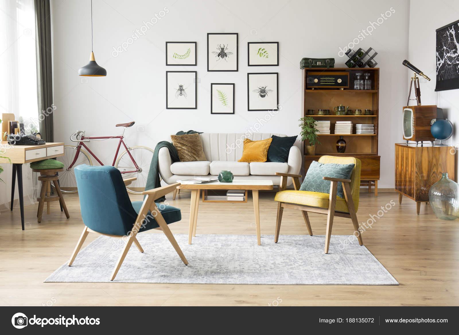 Vintage-Möbel in einer Wohnung — Stockfoto © photographee.eu #188135072