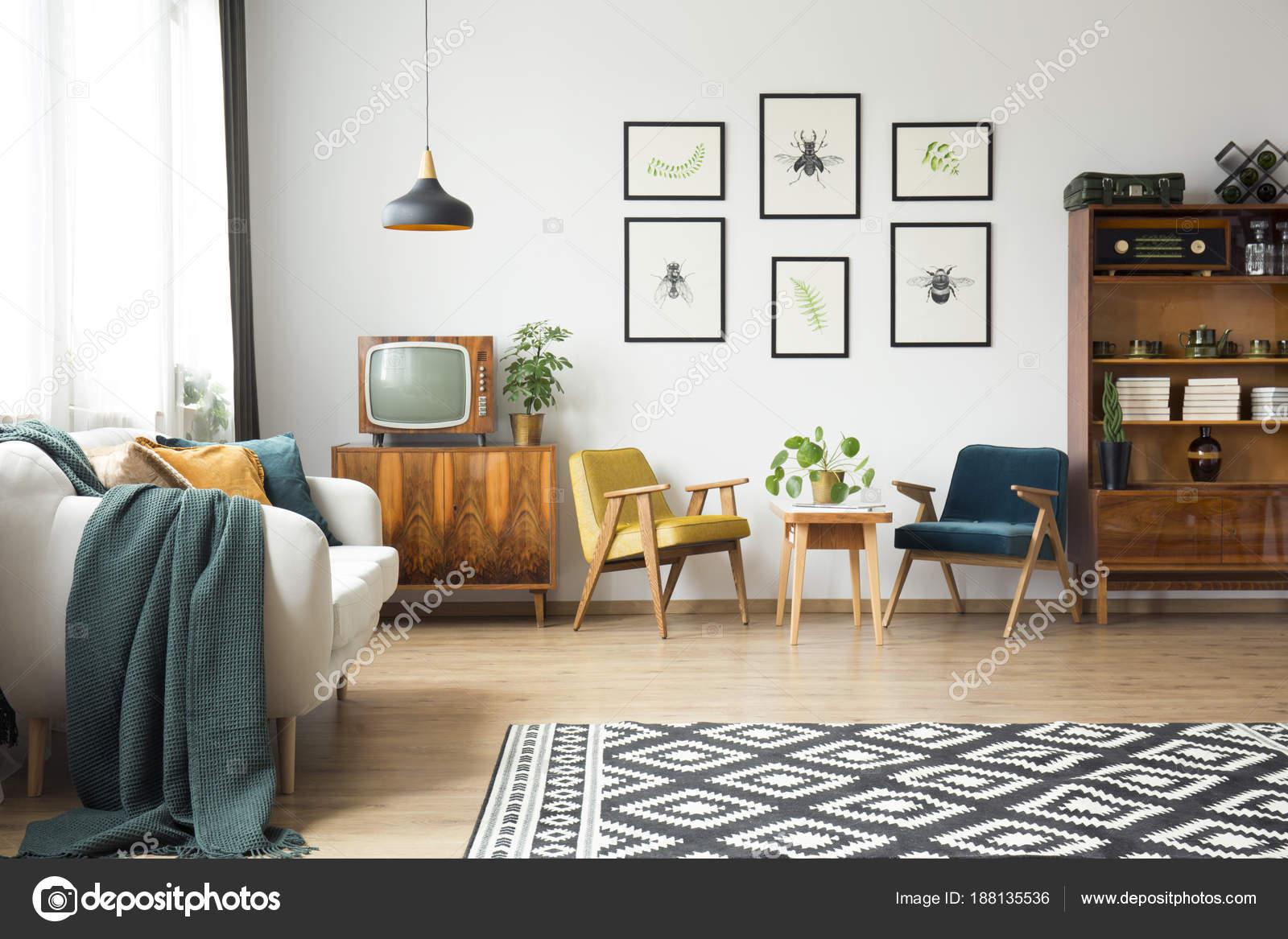 Vintage-Möbel in einem loft — Stockfoto © photographee.eu #188135536