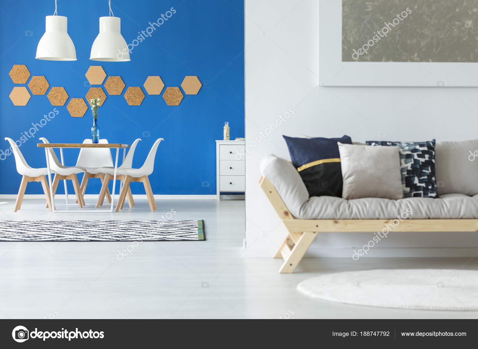Eenvoudige blauwe en witte interieur — Stockfoto © photographee.eu ...
