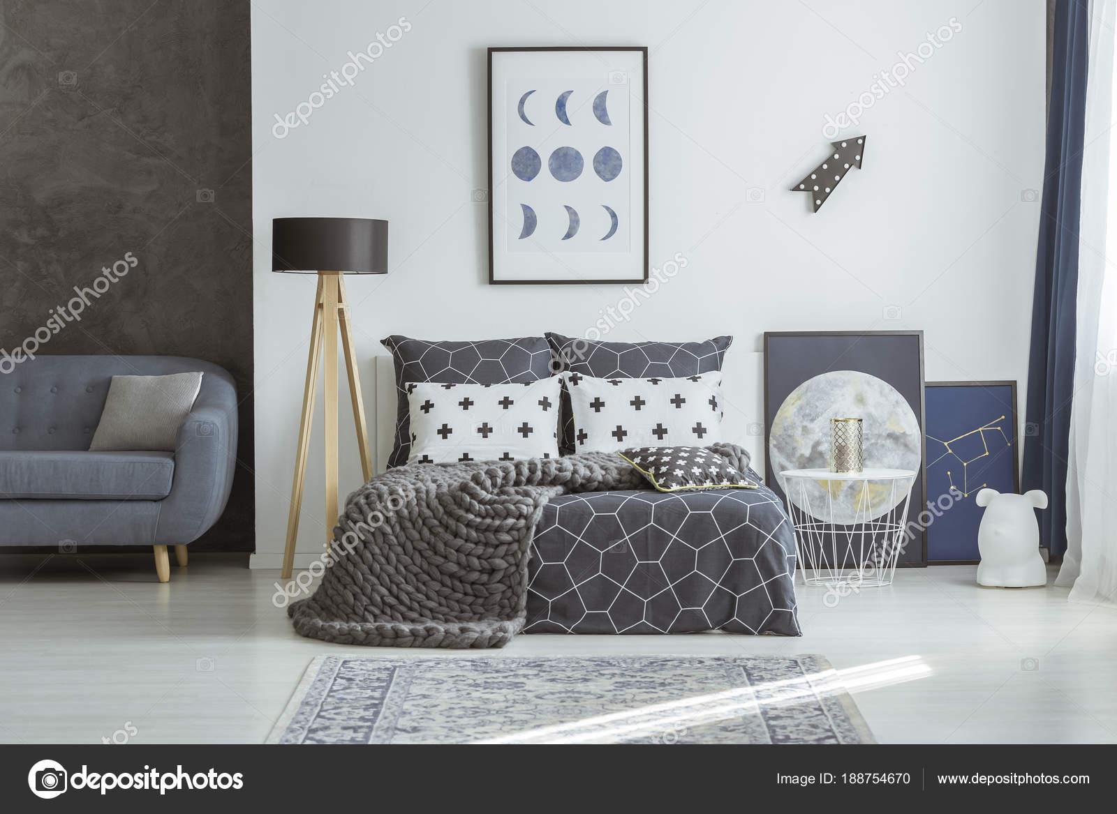 Canapé Contre Un Mur Noir Dans Lu0027intérieur De La Chambre Bleu Marine Avec  Couverture Tricot Sur Lit à Côté Du0027une Affiche De Lune U2014 Image De ...