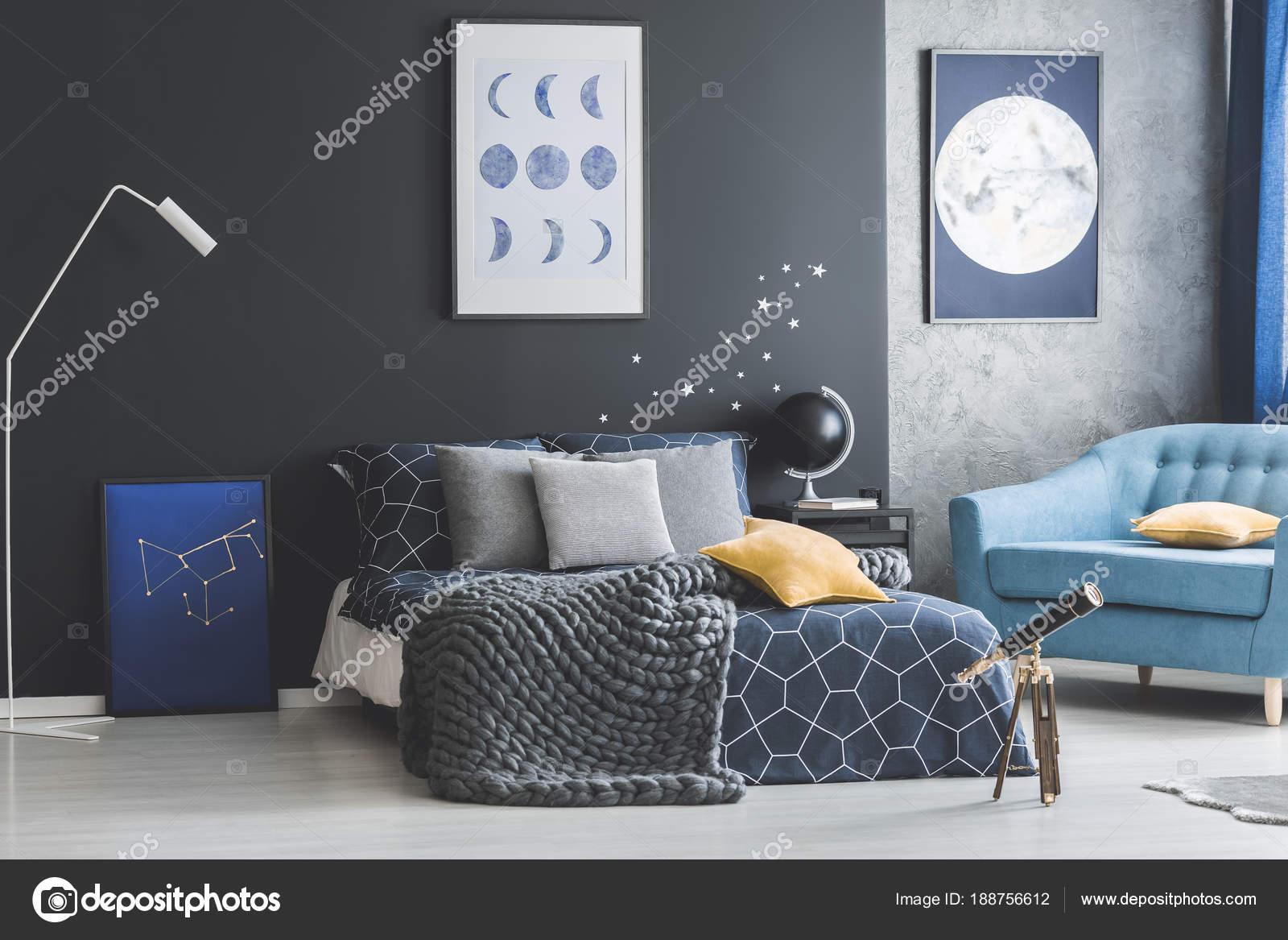 Wonderful Dunkles Schlafzimmer Innenraum Mit Posteru2013 Stockbild