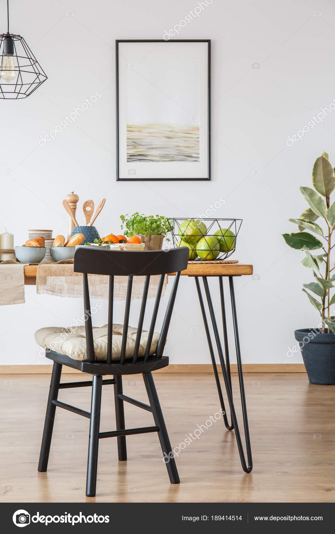 In piedi sedia da tavolo da pranzo — Foto Stock © photographee.eu ...