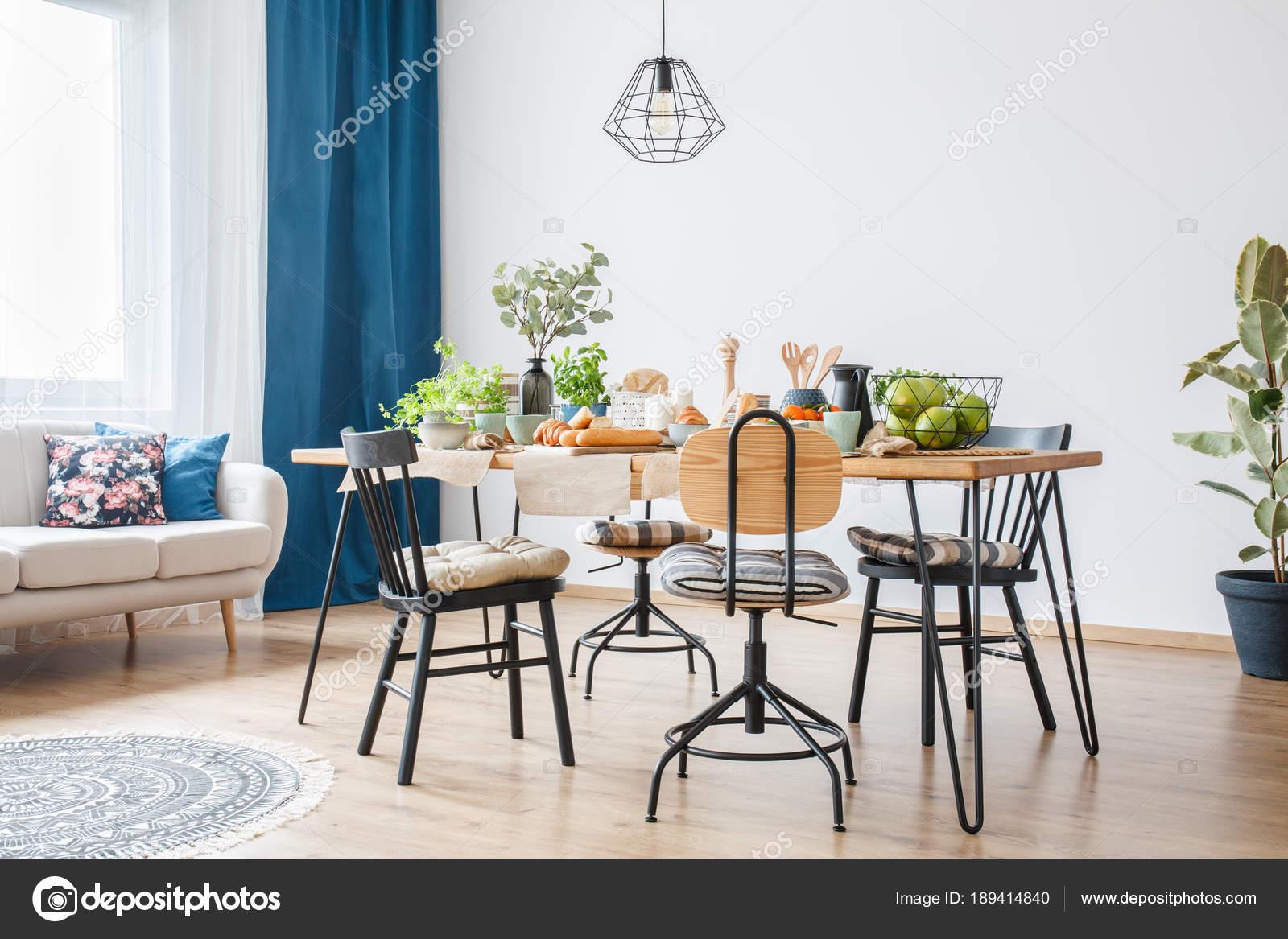 Zwarte stoelen rond grote tafel u stockfoto photographee eu