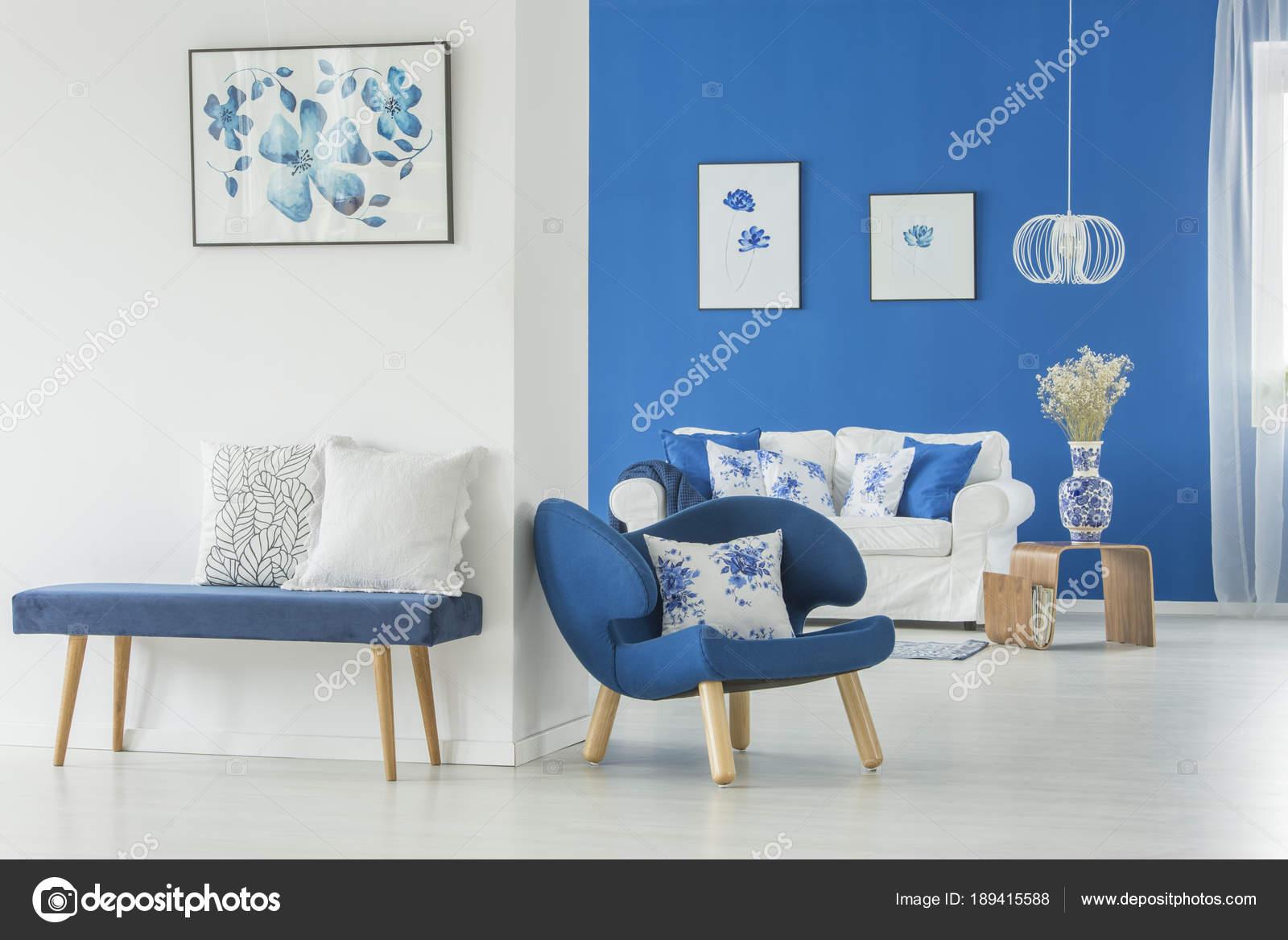 Banc De Velours Contre Le Mur Blanc Photographie Photographeeeu