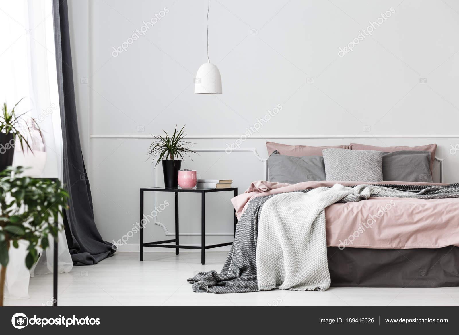 Grau und rosa Schlafzimmer Innenraum — Stockfoto © photographee.eu ...