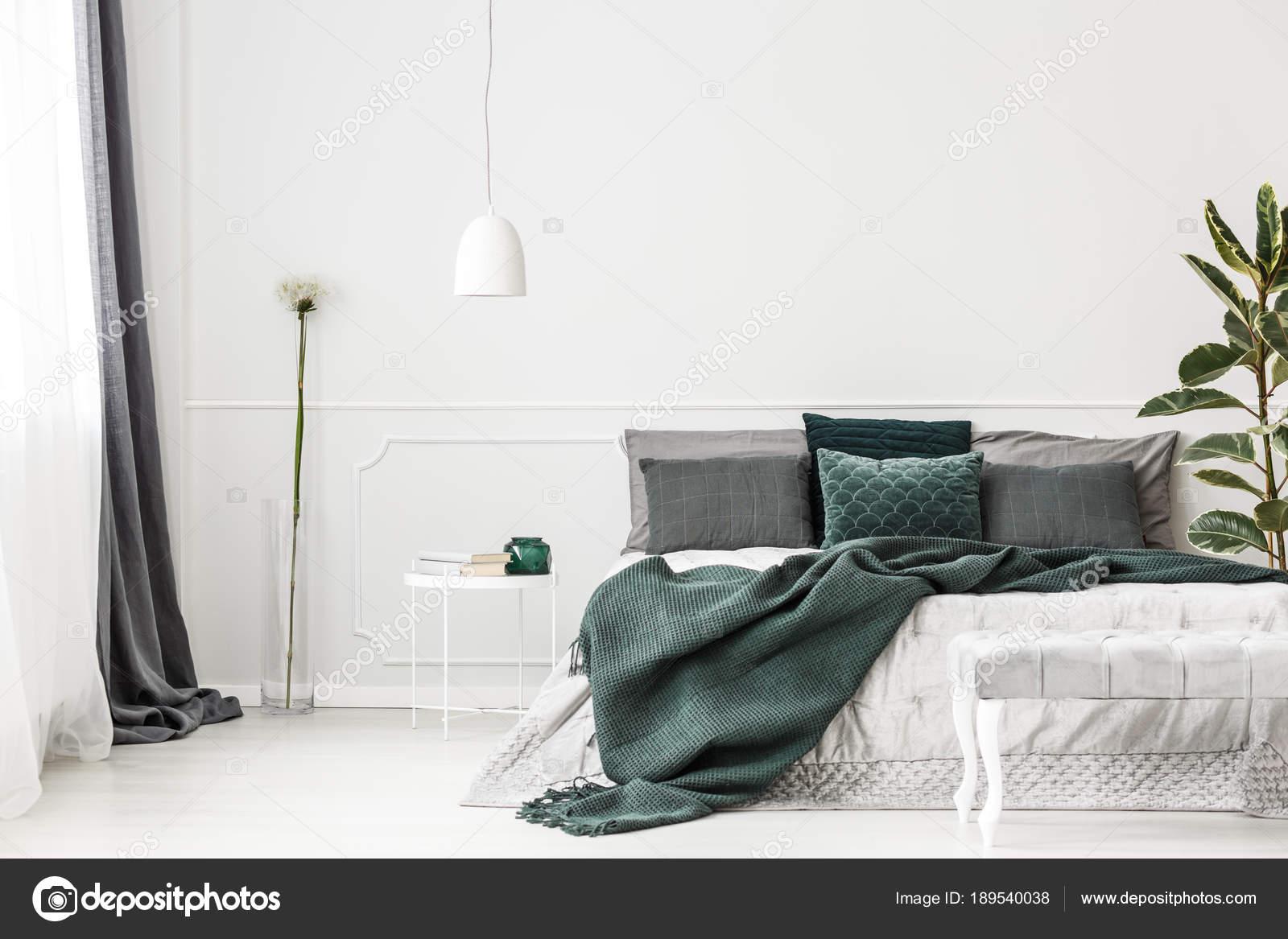 Camera Da Letto Verde Smeraldo : Interno camera da letto verde smeraldo u foto stock photographee