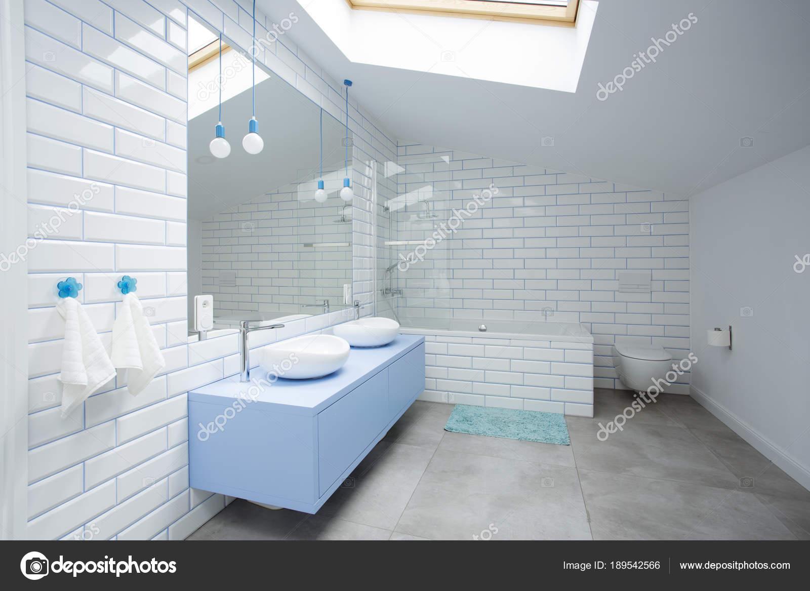 Biała łazienka Na Poddaszu Zdjęcie Stockowe Photographee