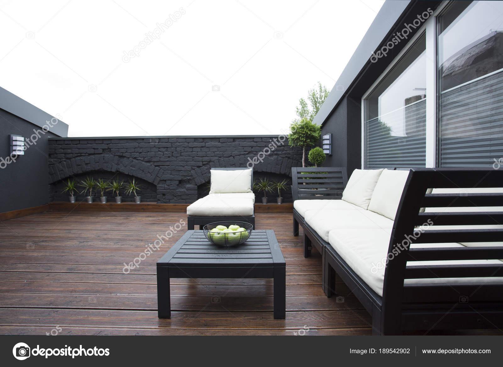 Salon de jardin blanc sur terrasse — Photographie ...