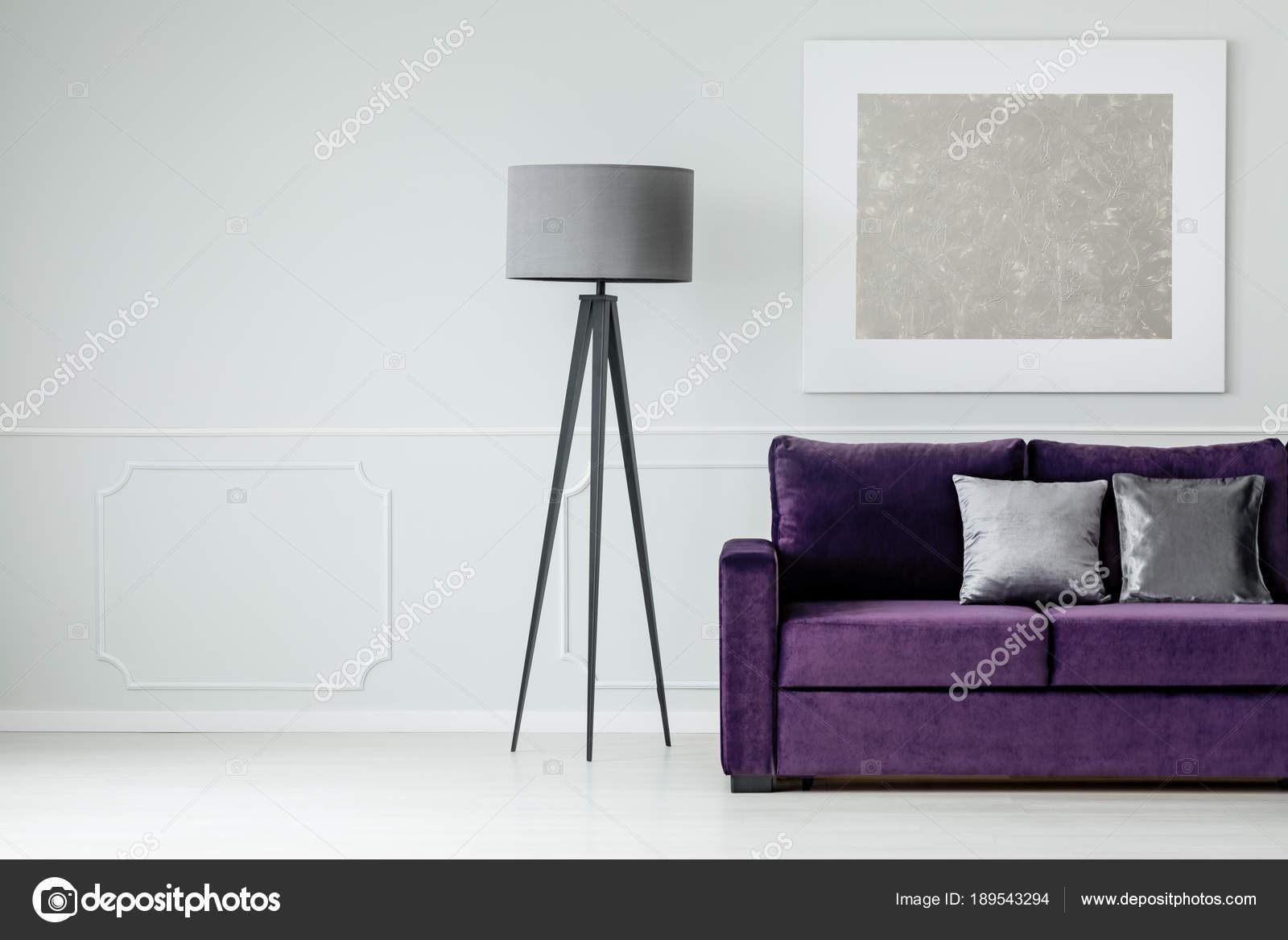 Graue Lampe, Lila Sofa Und Moderne Gemälde An Der Wand In Einem Wohnzimmer  Interieur Set U2014 Foto Von Photographee.eu