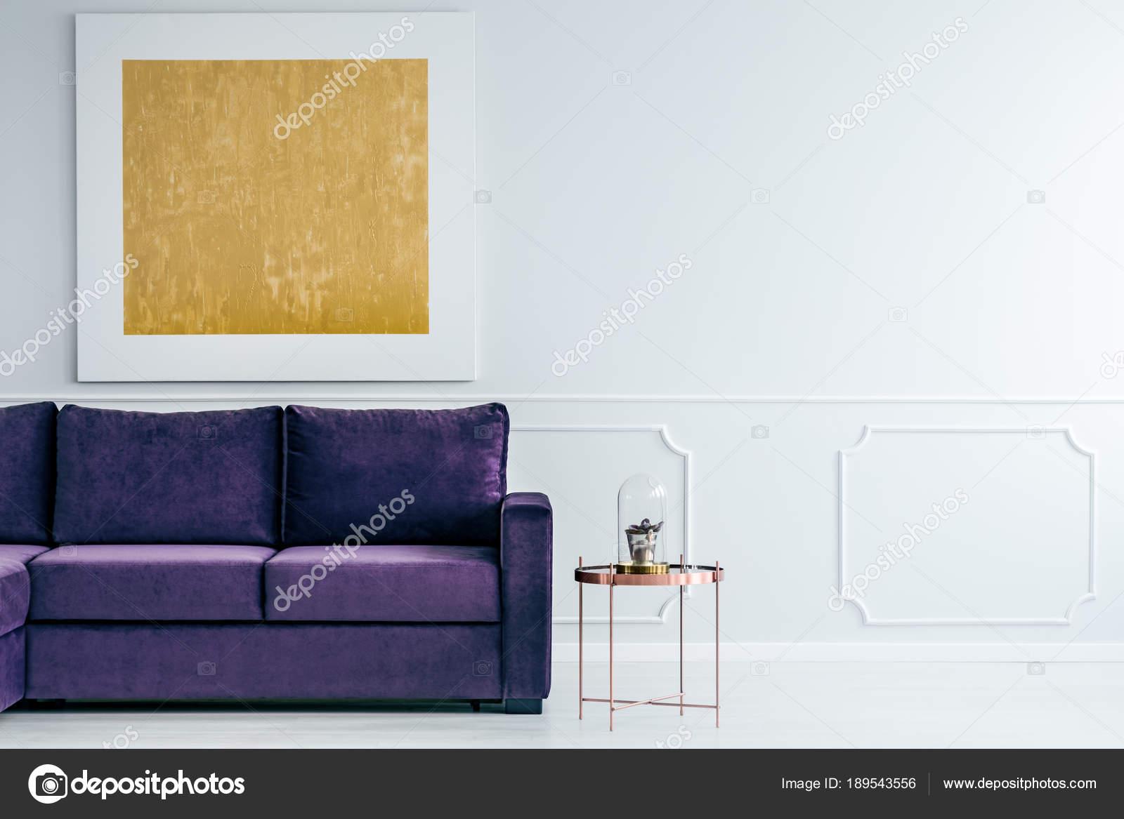 Kupfer Tisch Neben Violette Sofa Gegen Graue Wand Mit Gold Malerei Im  Wohnzimmer Interieur U2014 Foto Von Photographee.eu