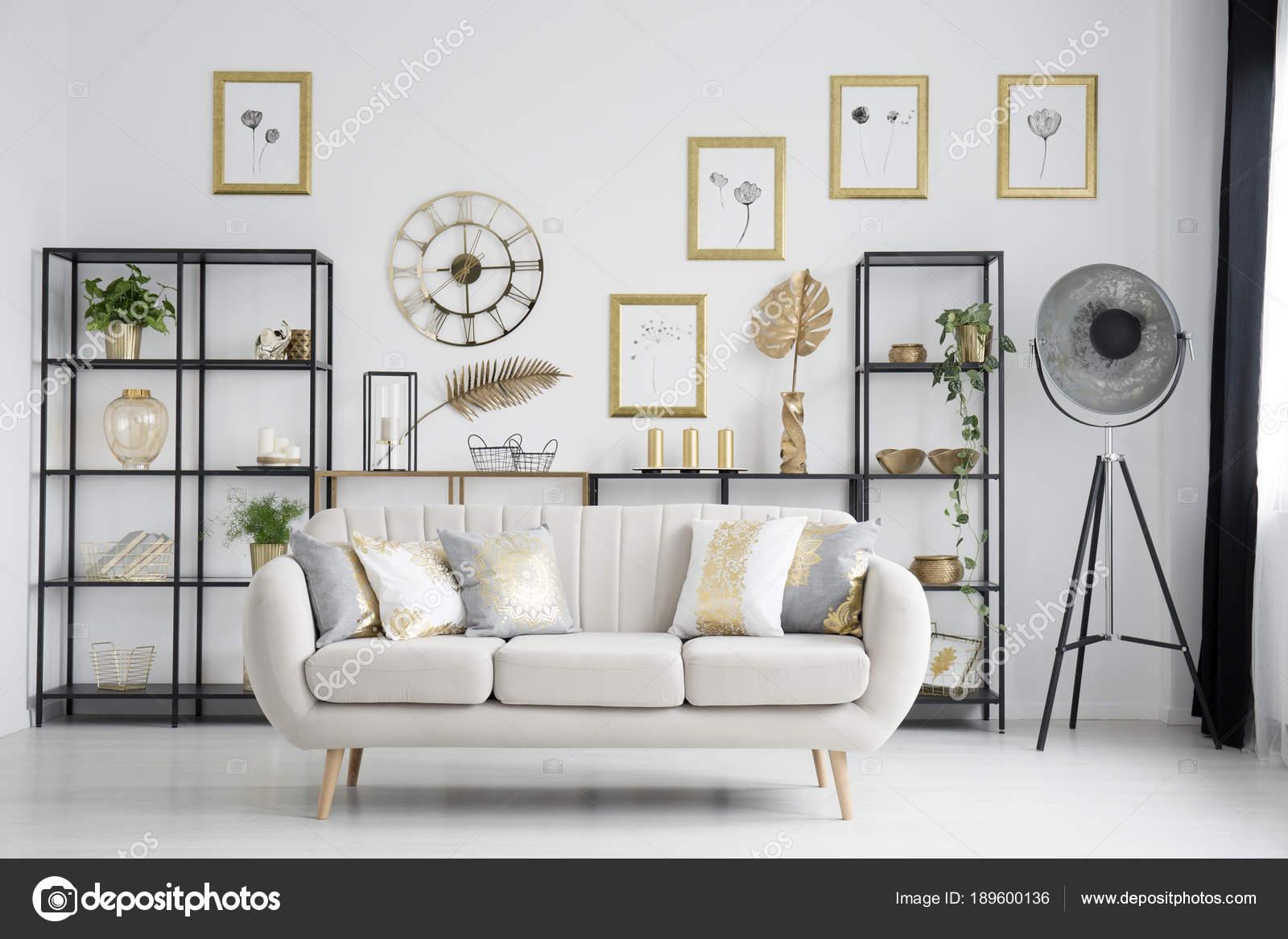 Verzauberkunst Sofa Wohnzimmer Beste Wahl Beige Mit Gold Kissen Im Hellen Interieur