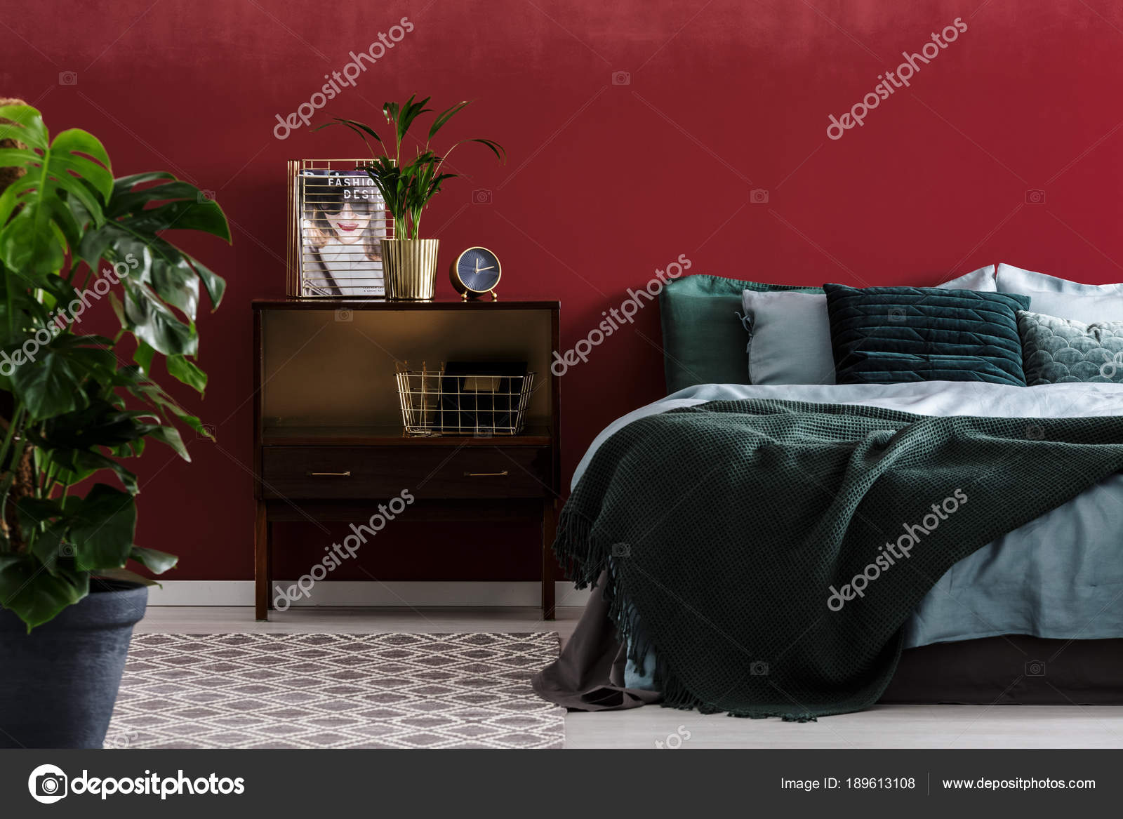 Camera Da Letto Verde Smeraldo : Interno camera da letto rosso scuro u foto stock photographee eu