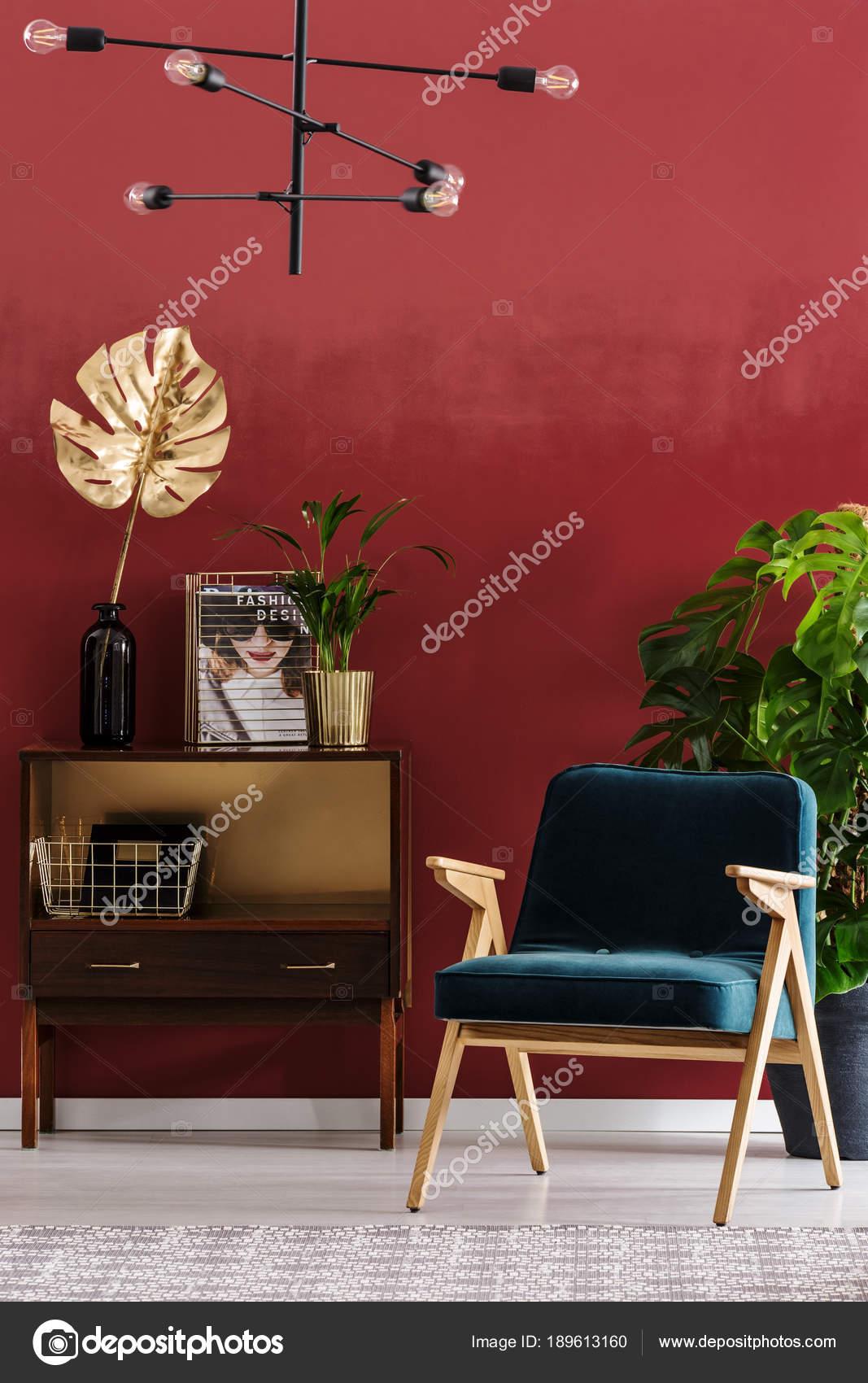 Grün, Aus Holz Sessel Neben Einem Schrank Mit Blattgold In Rot Wohnzimmer  Interieur Mit Lampe U2014 Foto Von Photographee.eu