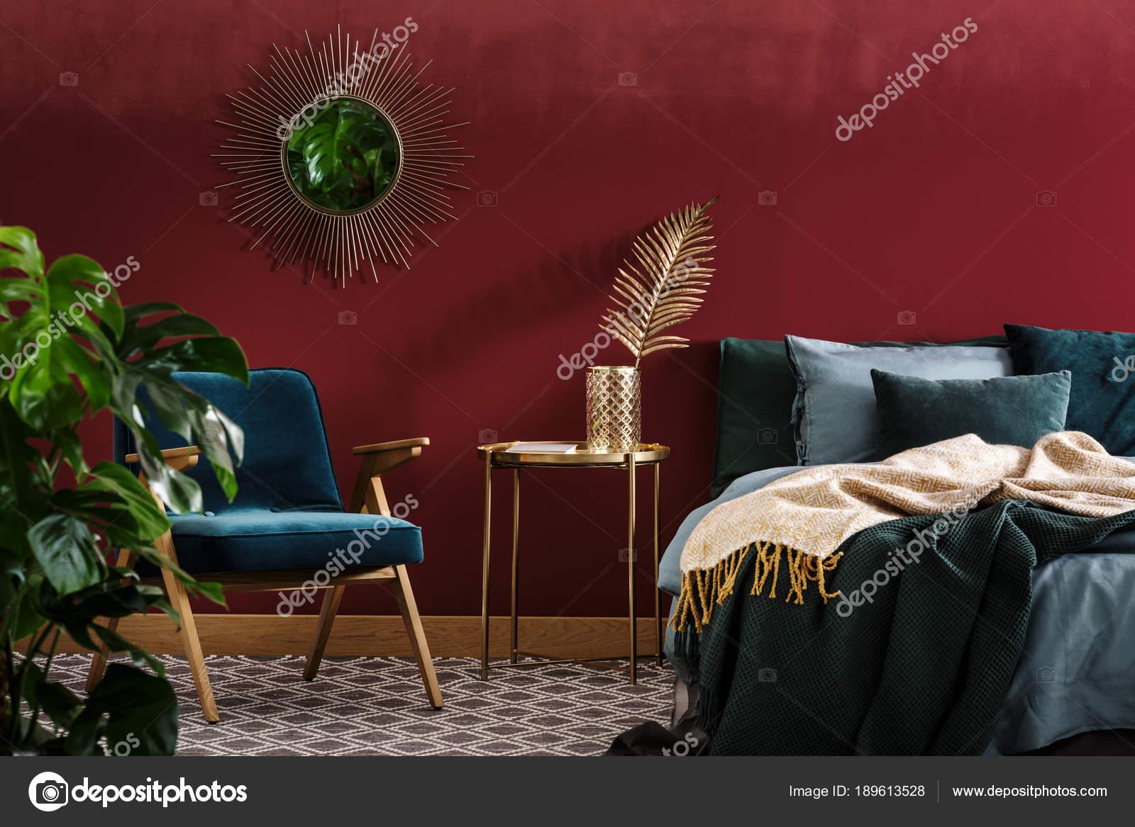 Chambre rouge sophistiquée avec miroir — Photographie ...