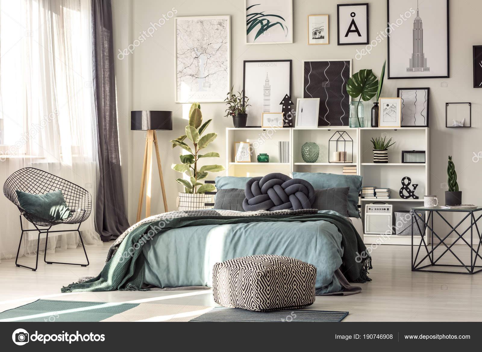 Amortiguador del nudo en dormitorio — Foto de stock © photographee ...