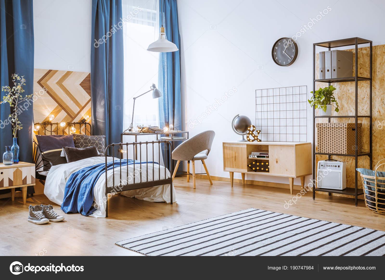 lichte slaapkamer voor jongen stockfoto