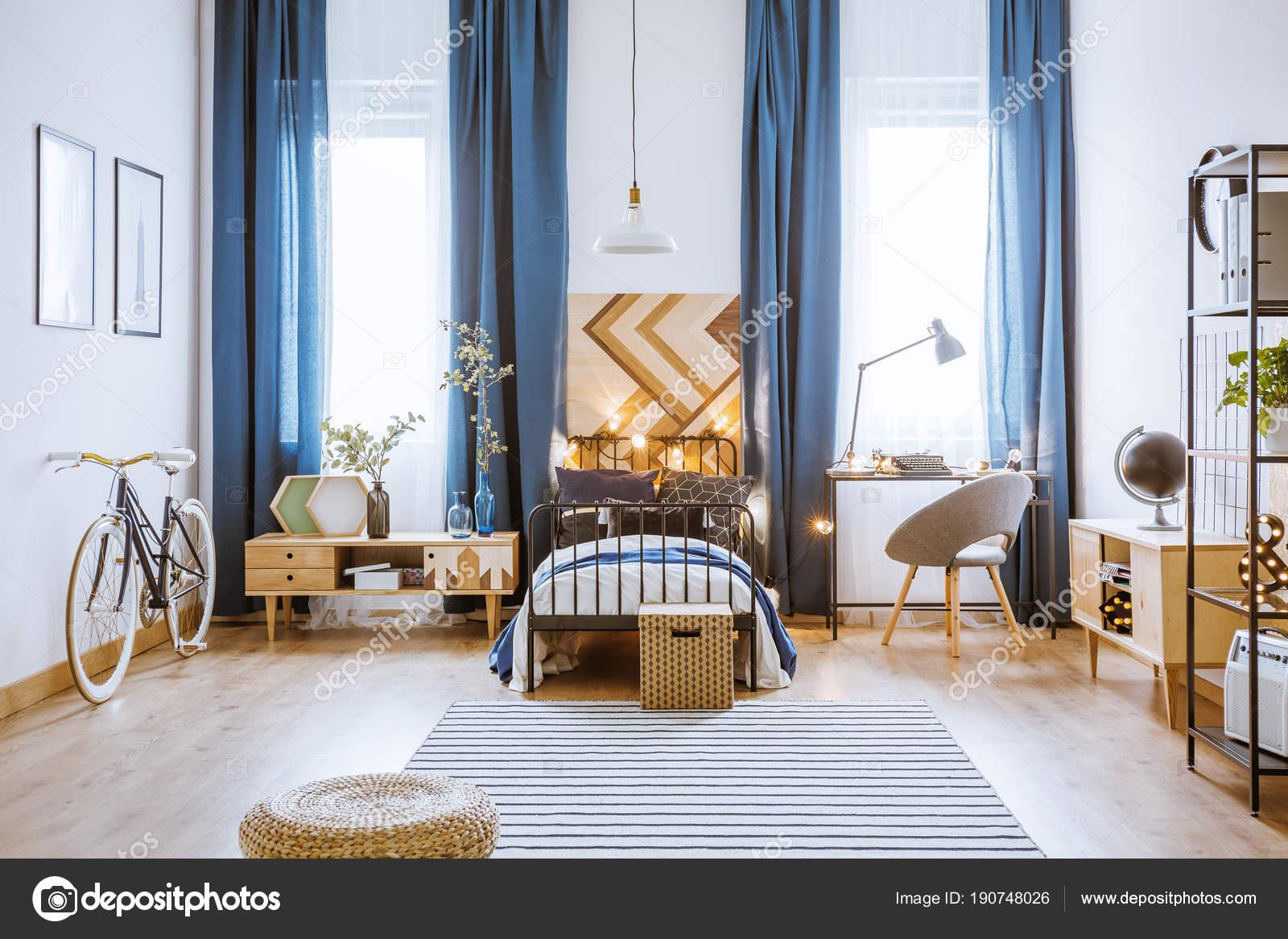 Luces en cama en el dormitorio — Foto de stock © photographee.eu ...