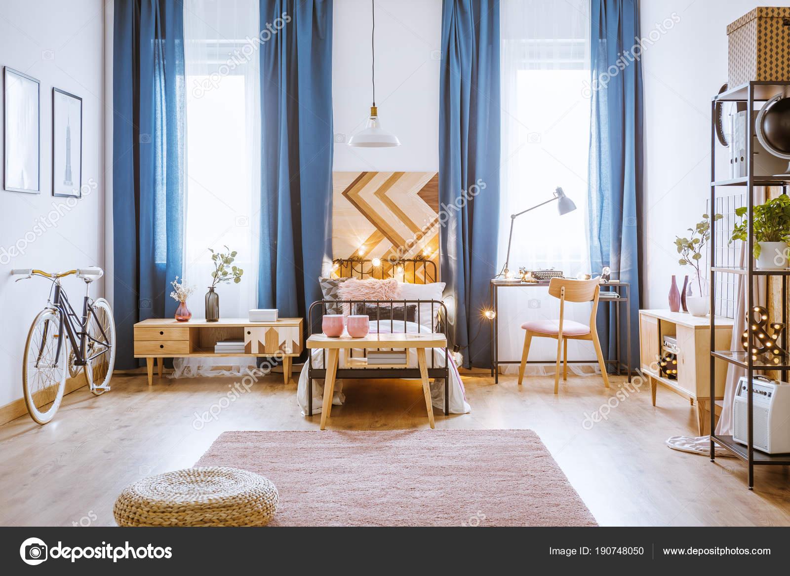 Accogliente camera da letto per una ragazza — Foto Stock ...
