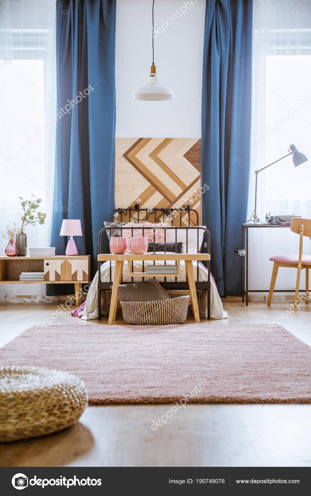 Intérieur de chambre à coucher rose pastel — Photographie ...
