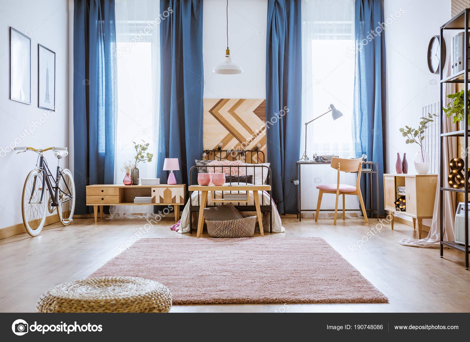 Vrouwelijke slaapkamer met Bureau — Stockfoto © photographee.eu ...