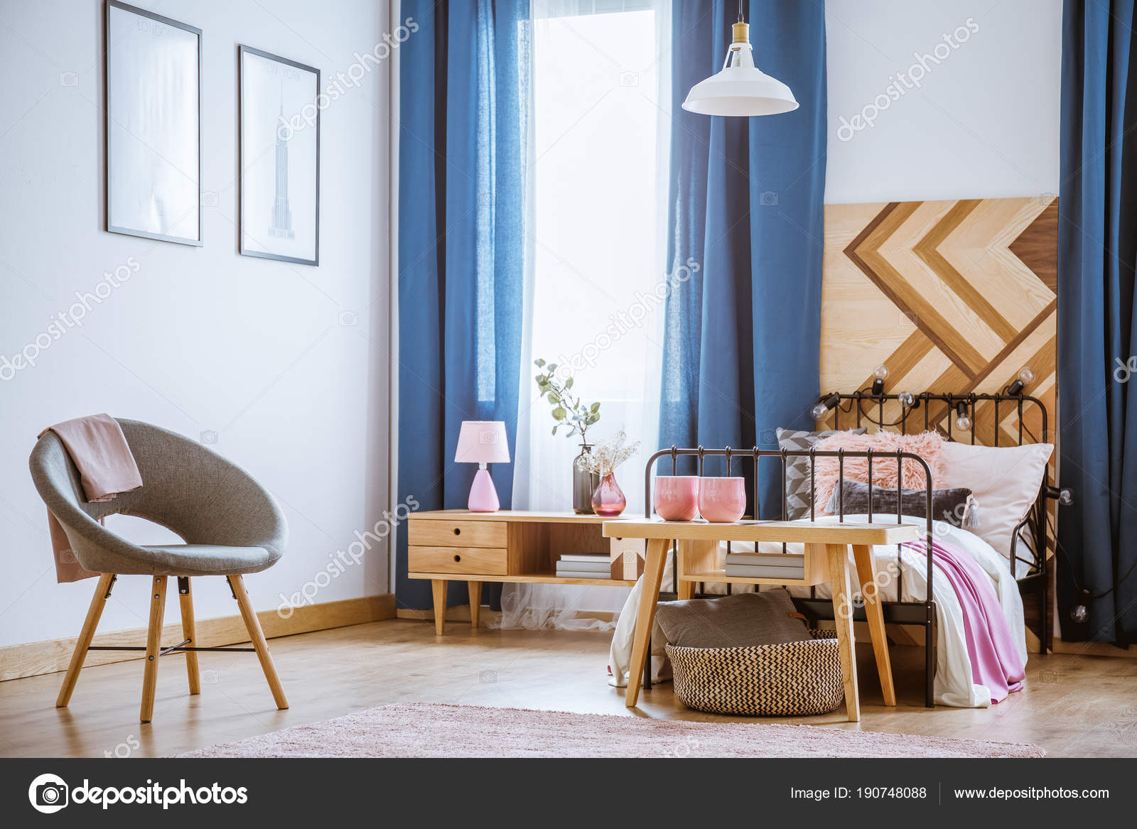Elegante Schlafzimmer mit Metall Bett — Stockfoto ...