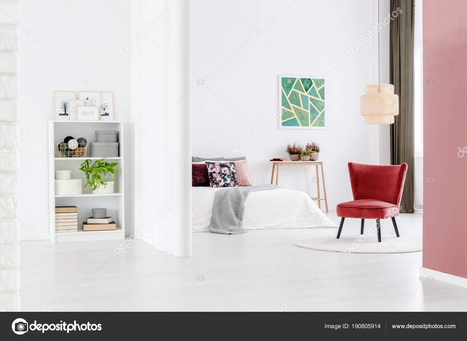 Camera da letto minimalista con sedia rossa — Foto Stock ...
