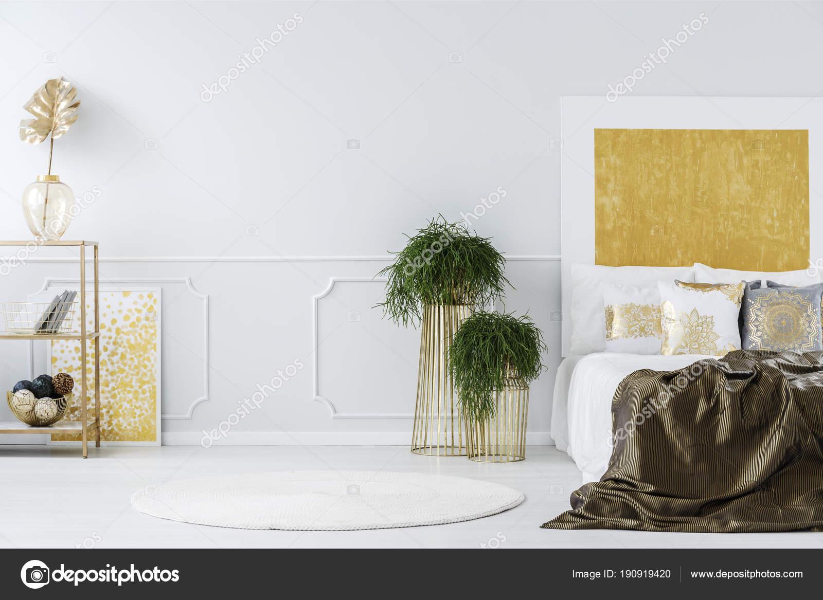 Goud schilderij in elegante slaapkamer — Stockfoto © photographee.eu ...