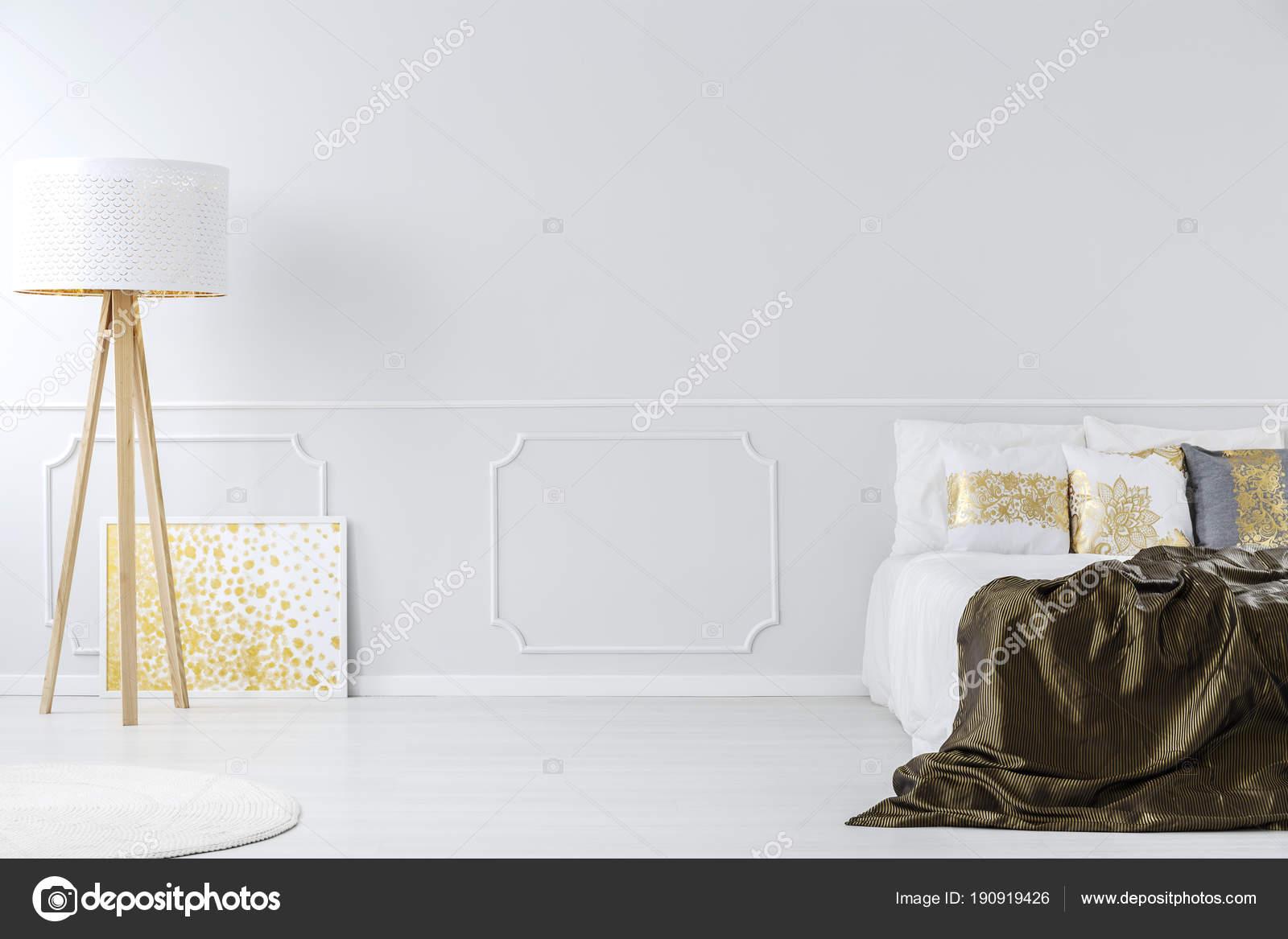 elegante gouden slaapkamer interieur stockfoto