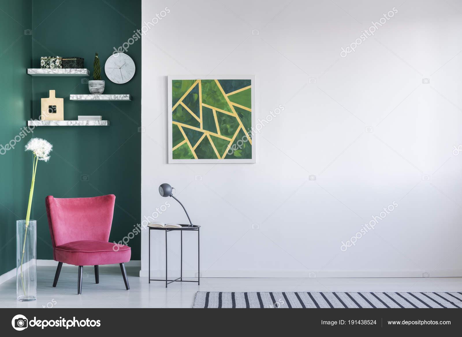 Grüne Wand Im Wohnzimmer Interieur Mit Rosa Sessel, Malerei, Couchtisch Und  Gestreiften Teppich U2014 Foto Von Photographee.eu