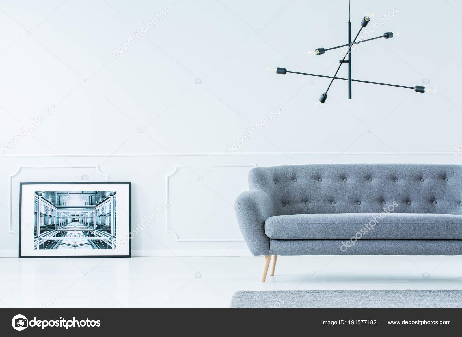 Enmarcado que se inclina en la foto contra la pared — Foto de stock ...