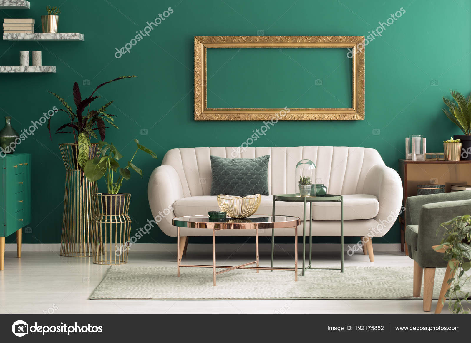 Beige sofa in groen interieur — Stockfoto © photographee.eu #192175852
