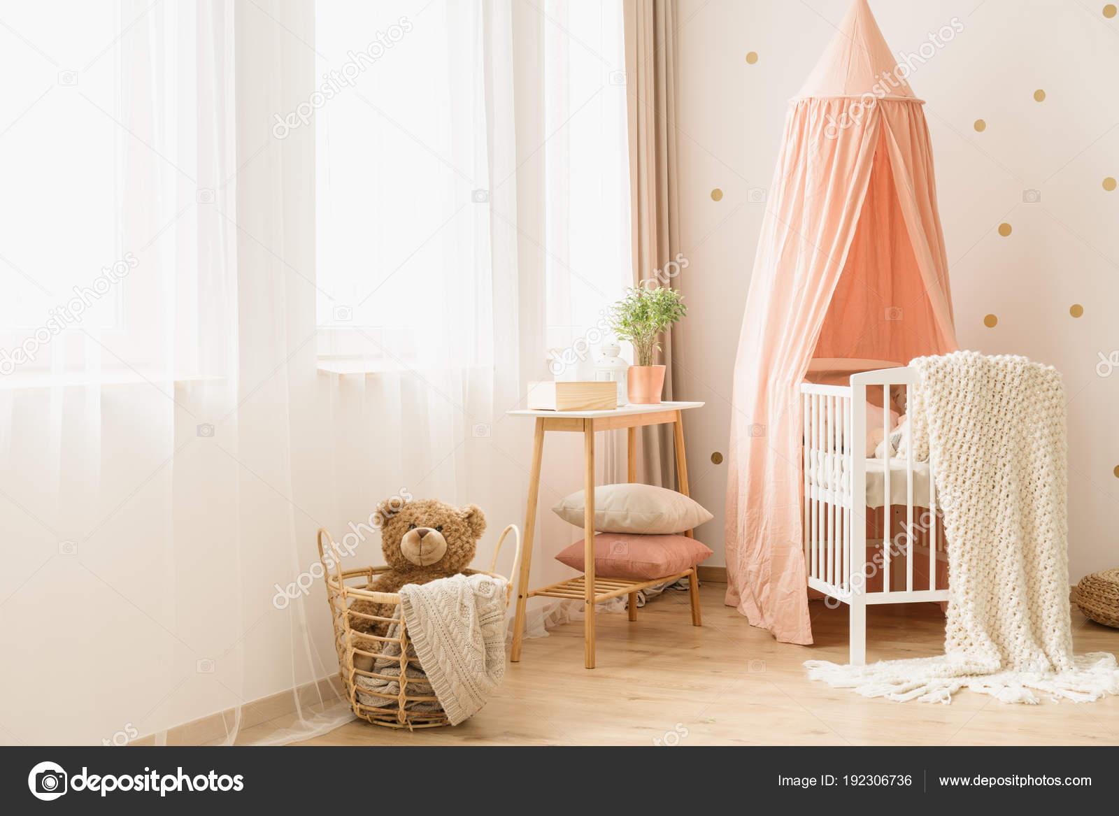 pastel gezellige babys slaapkamer interieur stockfoto
