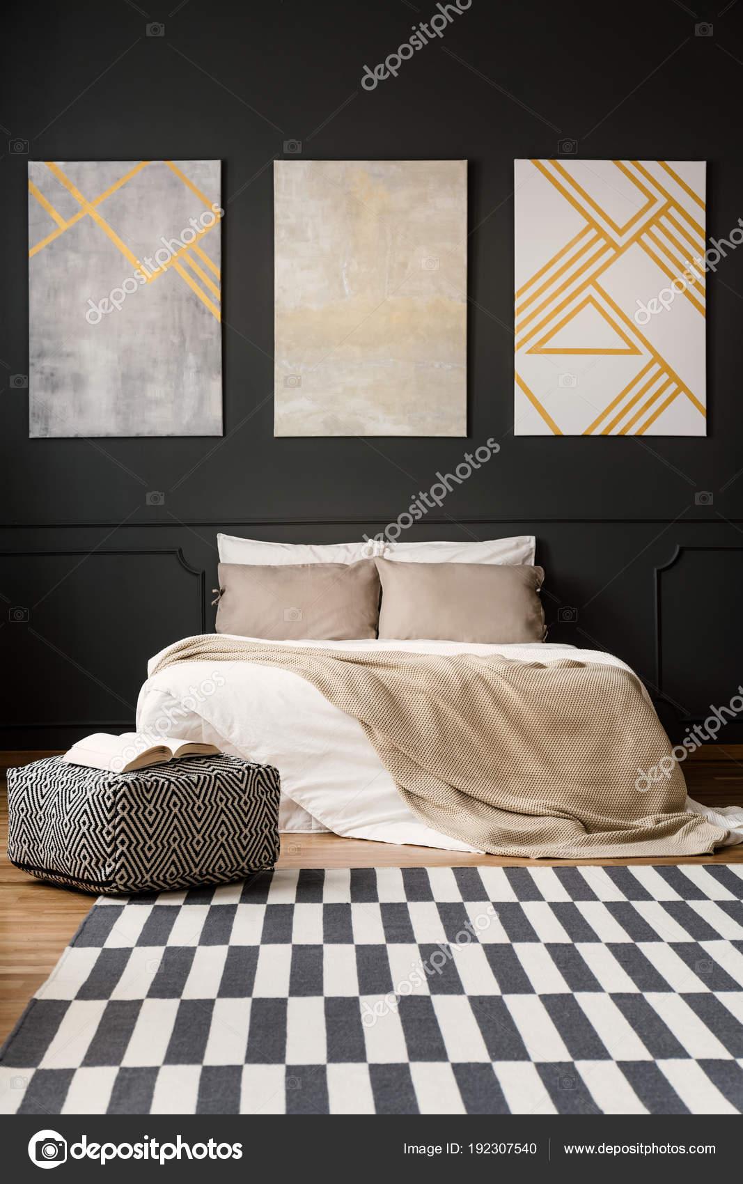 schilderijen op zwarte muur in de slaapkamer stockfoto