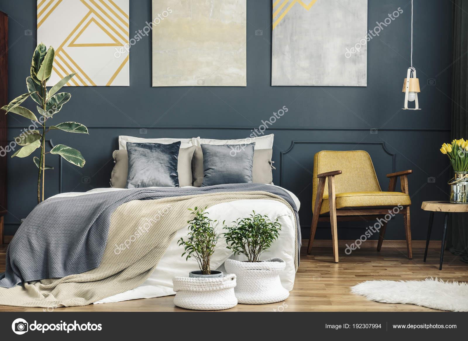 Vintage Schlafzimmer mit Retro-Stuhl — Stockfoto ...