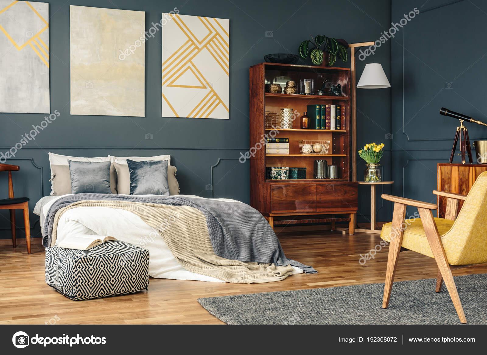 Antike Möbel im dunklen Schlafzimmer — Stockfoto © photographee.eu ...