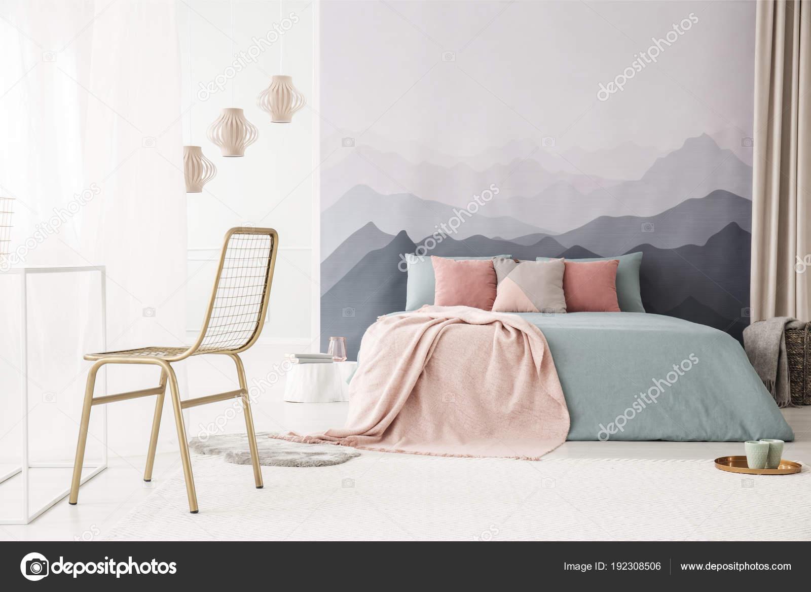 Gold, Metall Stuhl In Einem Weichen, Hellen Schlafzimmer Interieur Mit  Einem Berge Tapete, Pastell Rosa Und Blaue Bettwäsche Und Kissen U2014 Foto Von  ...