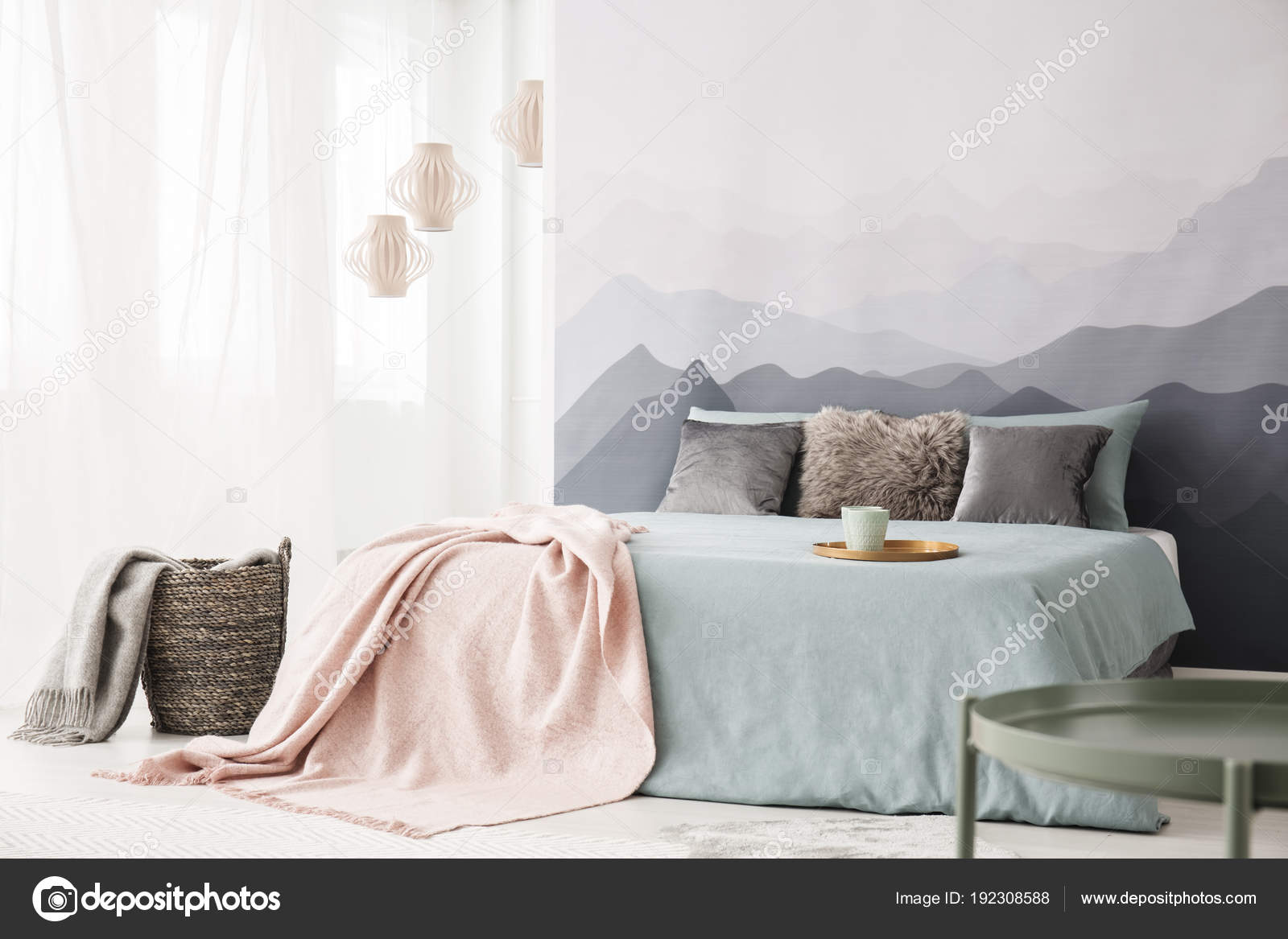 pastel slaapkamer interieur met berg stockfoto