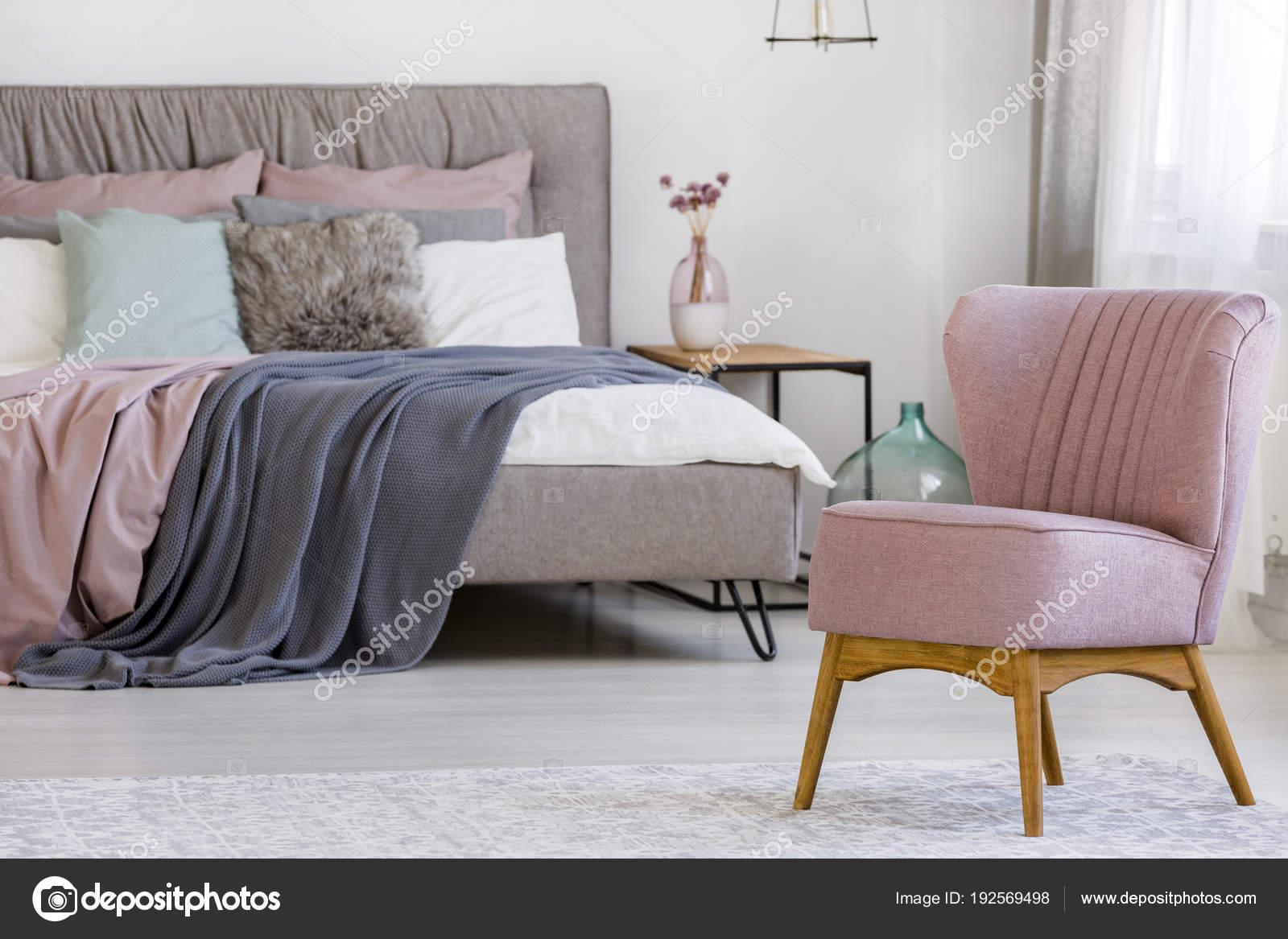 Rosa Stuhl im Schlafzimmer — Stockfoto © photographee.eu #192569498