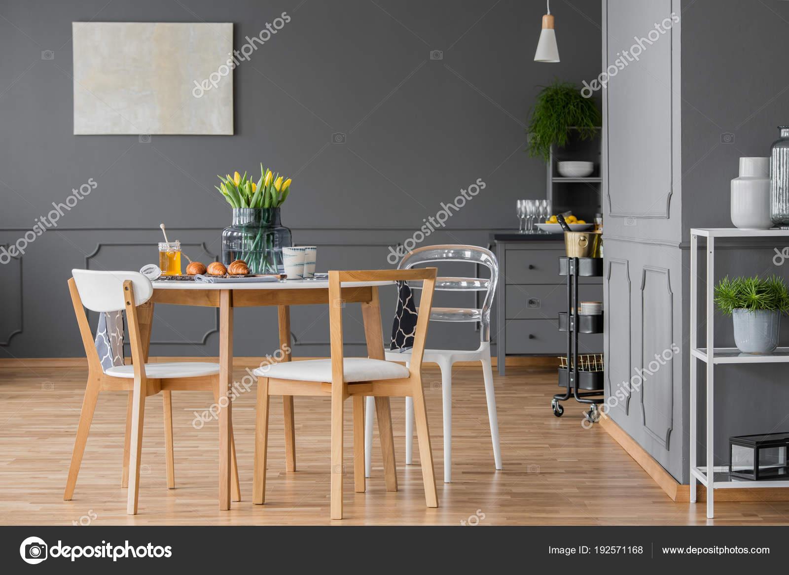 Minimalistisch houten eetkamer meubels u2014 stockfoto © photographee