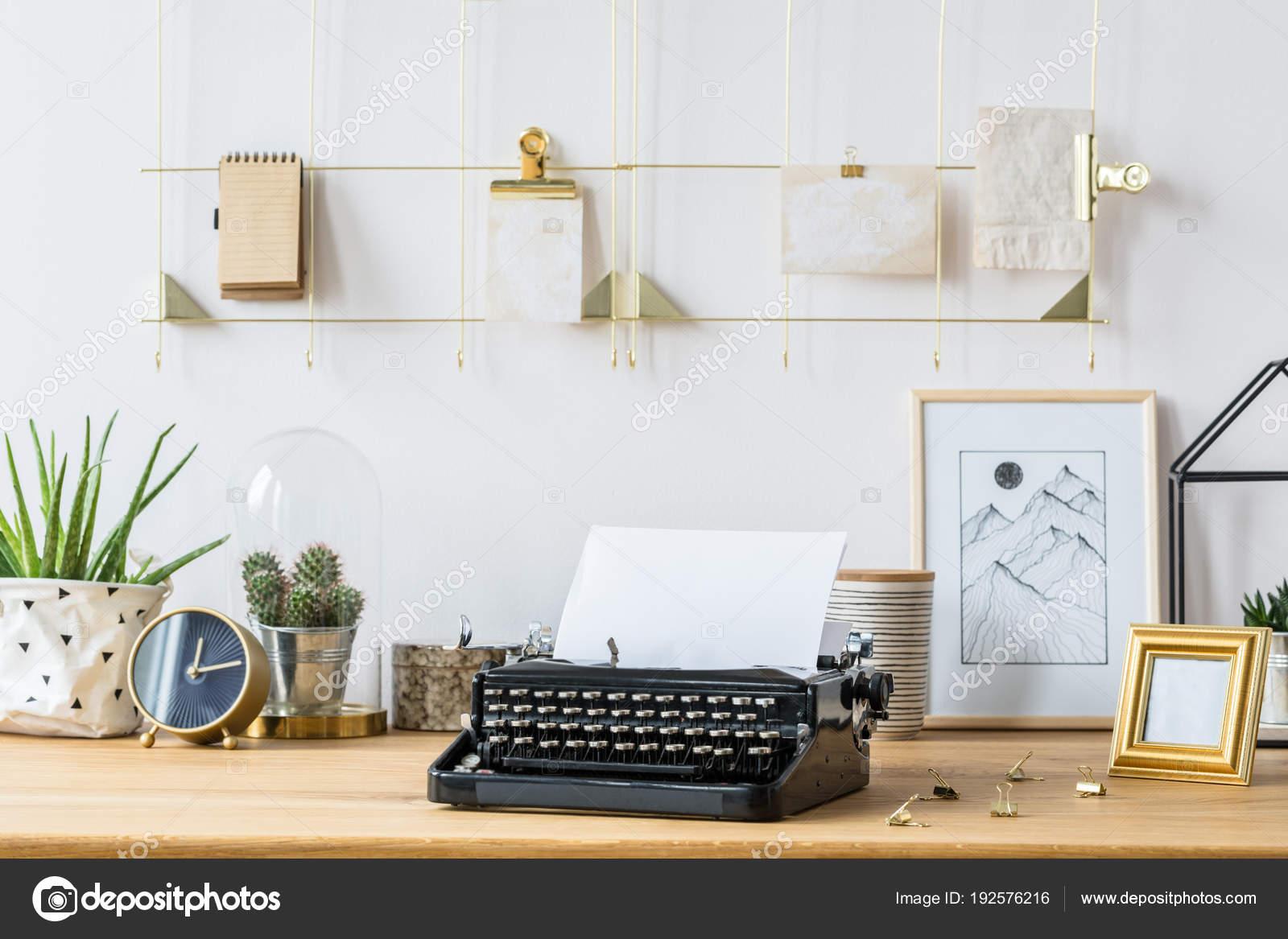 Scrivania Vintage Bianca : Scrivania con macchina da scrivere e decorazioni u foto stock