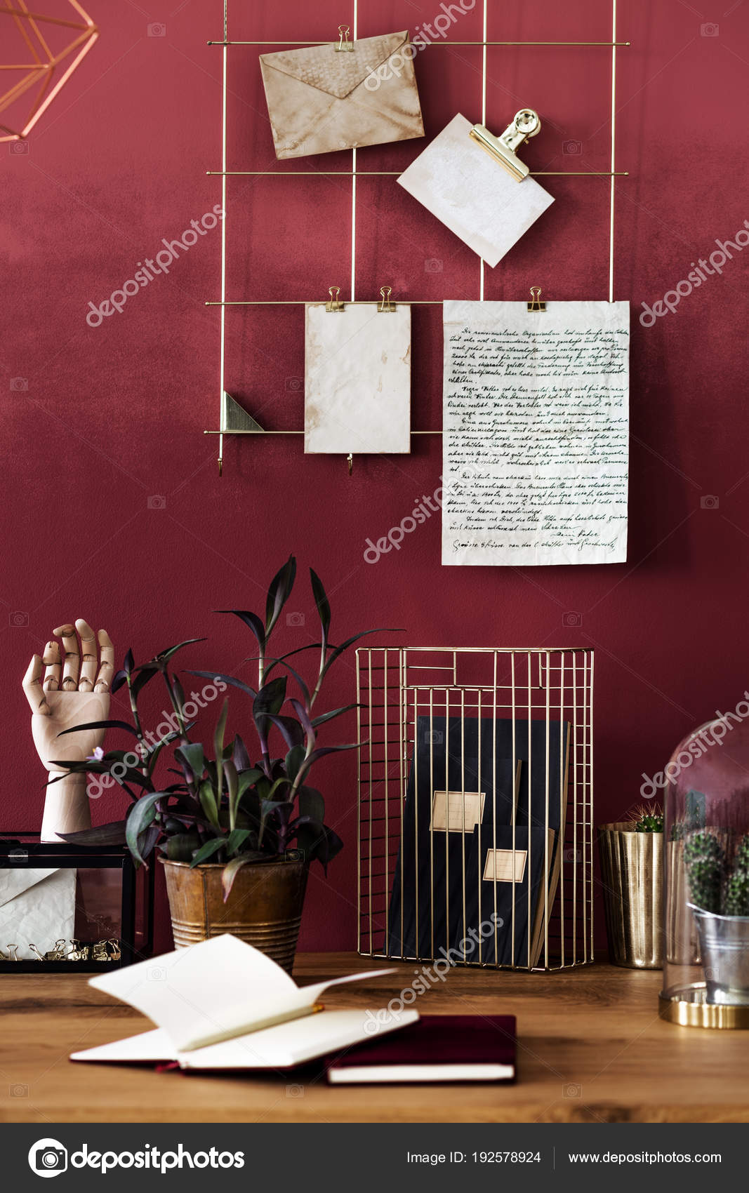 Schreibtisch Im Zimmer Rot Interieur Stockfoto C Photographee Eu