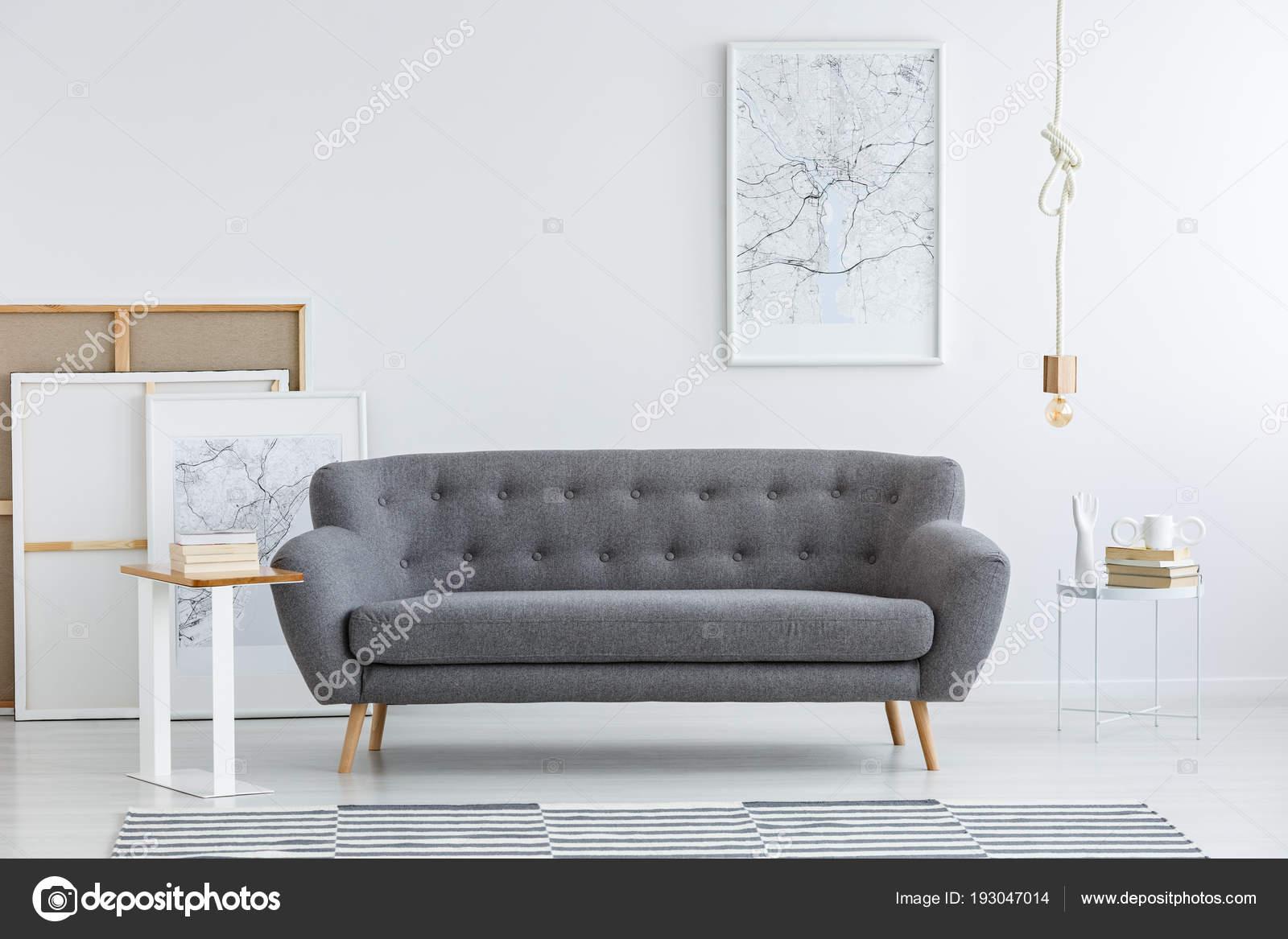 eenvoudige artistieke woonkamer interieur met een poster van witte kaart stockfoto