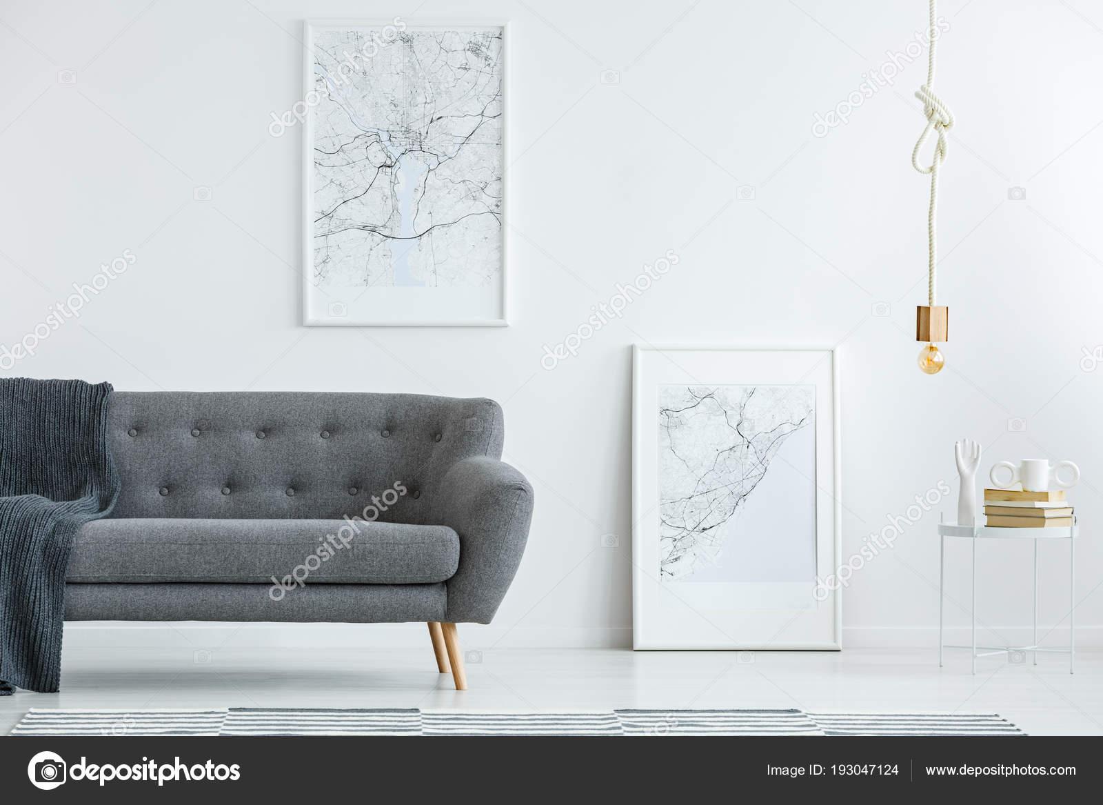 Sofá Elegante Gris Con Patas Madera Carteles Gran Mapa Una — Foto de ...