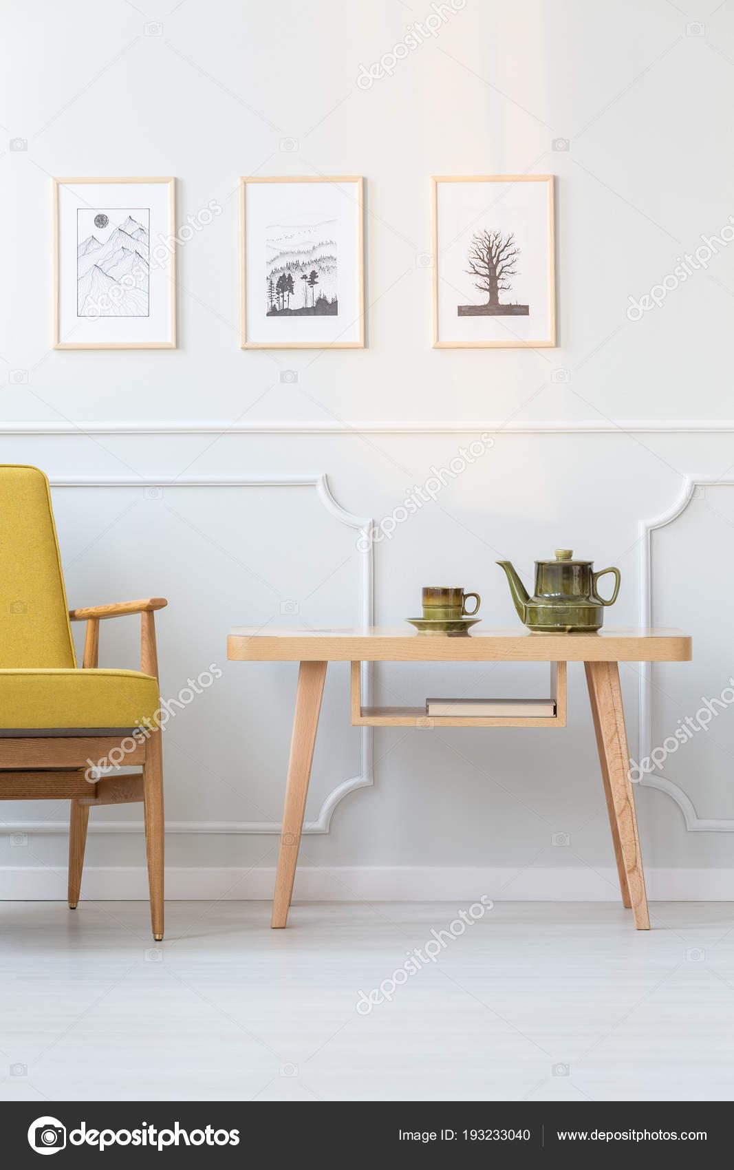 Grünen Kessel Auf Holztisch Neben Gelben Sessel Vintage Wohnzimmer