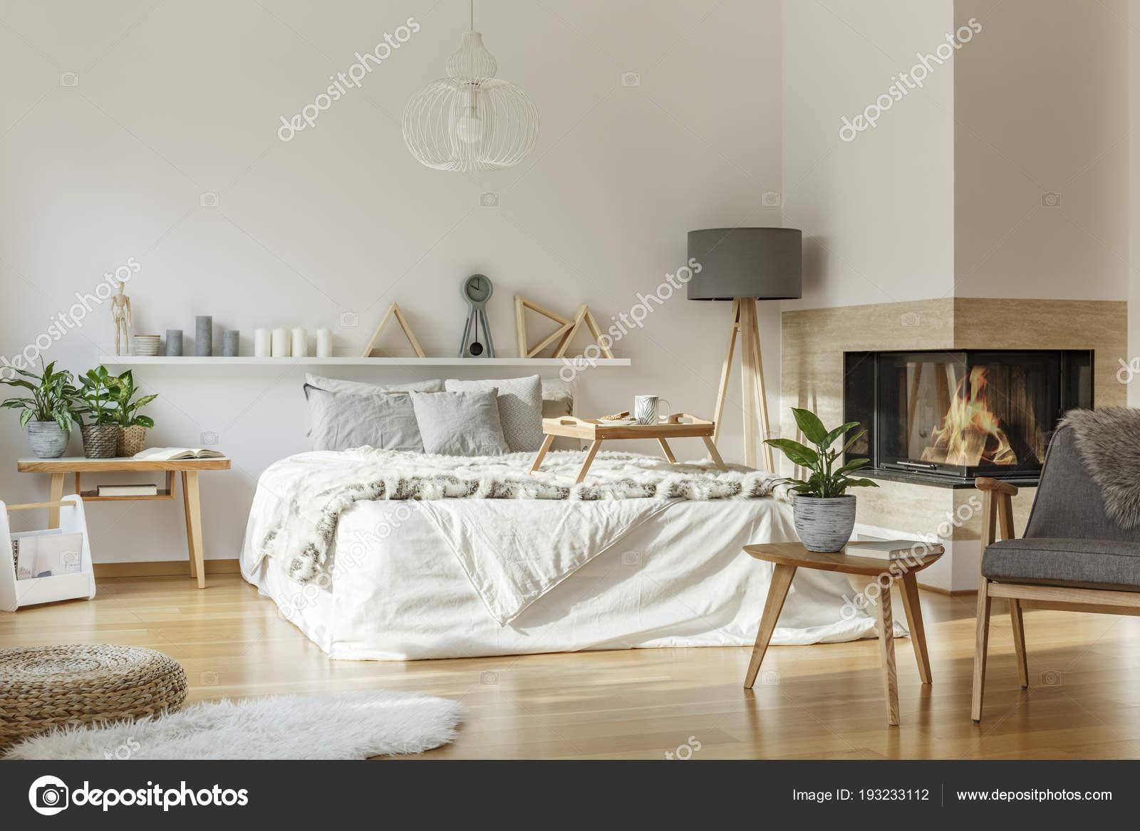Gemutliches Schlafzimmer Interieur Mit Kamin Kingsize Bett Teppich