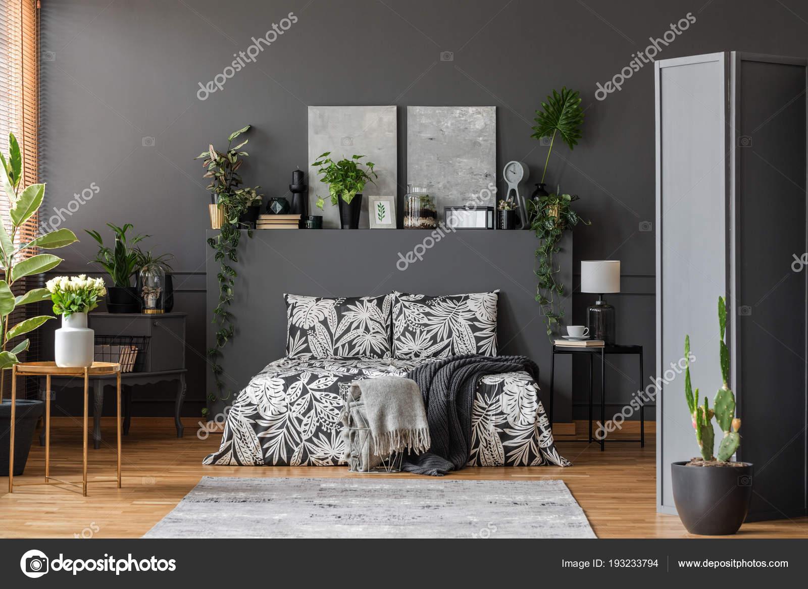 Weiße Rosen Und Kakteen Grau Schlafzimmer Innenraum Mit Gemusterte ...